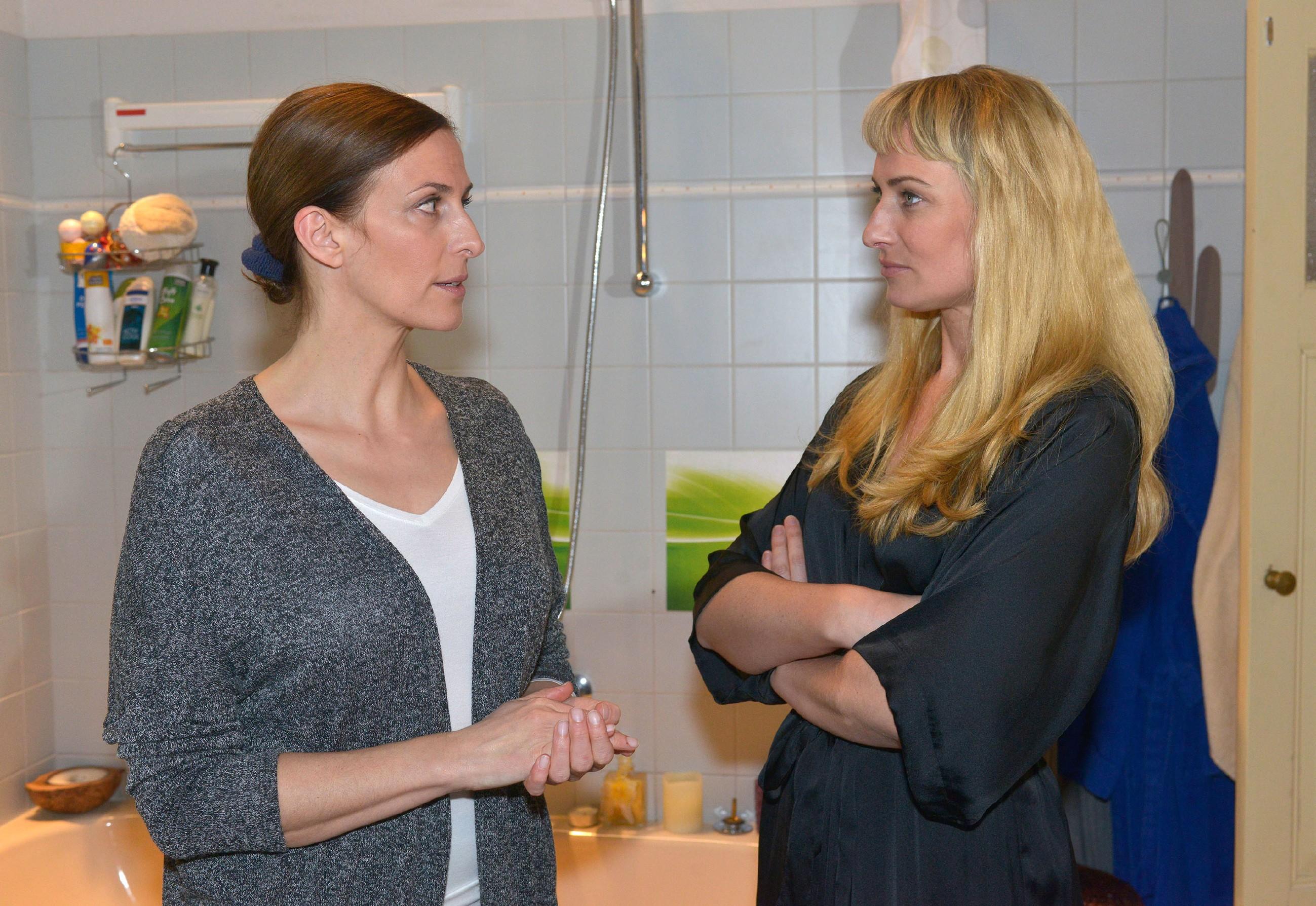 Katrin (Ulrike Frank, l.) versucht sich mit Maren (Eva Mona Rodekirchen) auszusprechen, aber die kann deren Drohung einfach nicht vergessen. (Quelle: RTL / Rolf Baumgartner)