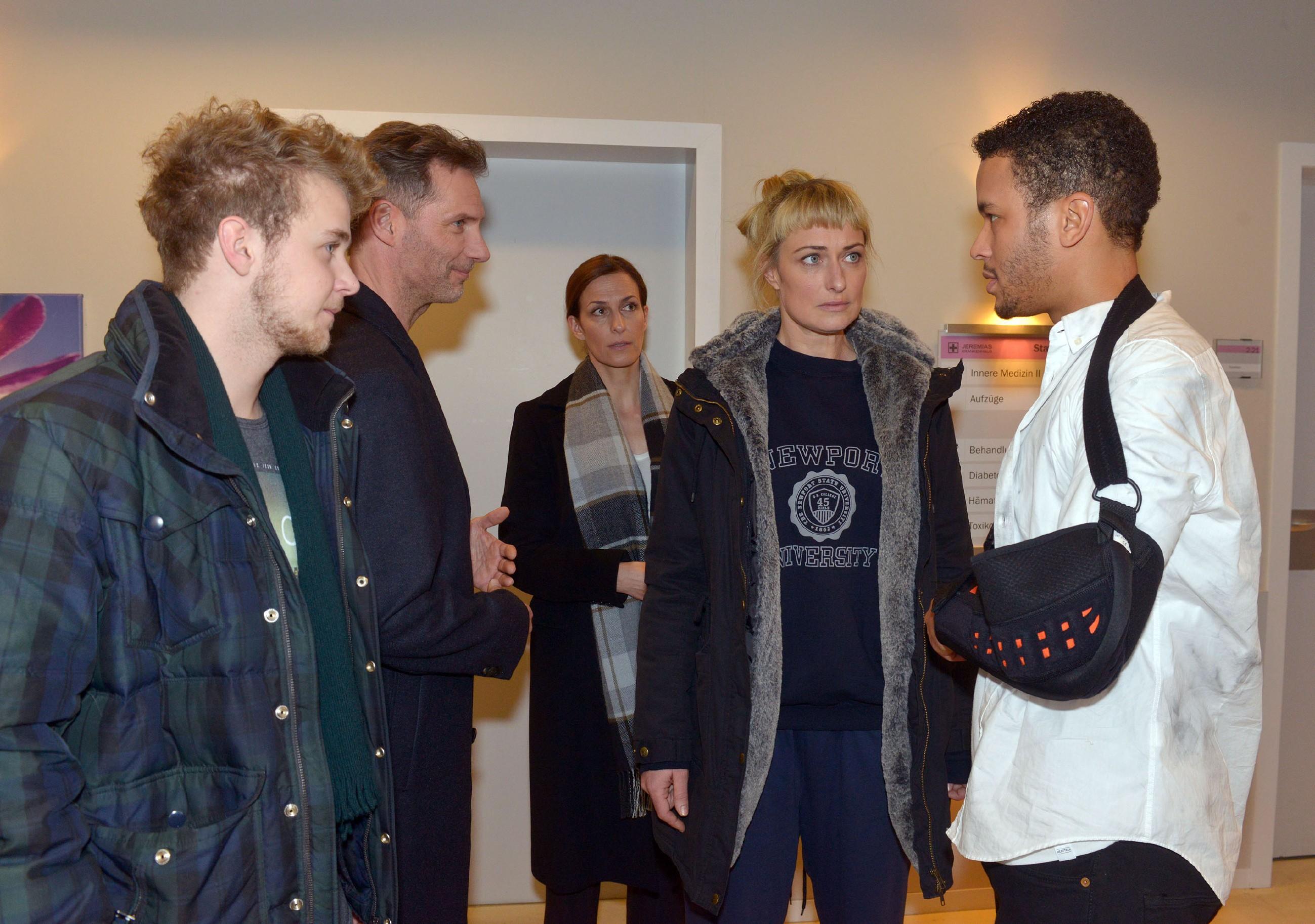 V.l.: Jonas (Felix van Deventer), Alexander (Clemens Löhr), Katrin (Ulrike Frank) und Maren (Eva Mona Rodekirchen) sind ins Krankenhaus geeilt und wollen von Amar (Thando Walbaum) wissen, was genau Lilly und ihm zugestoßen ist. (Quelle: RTL / Rolf Baumgartner)