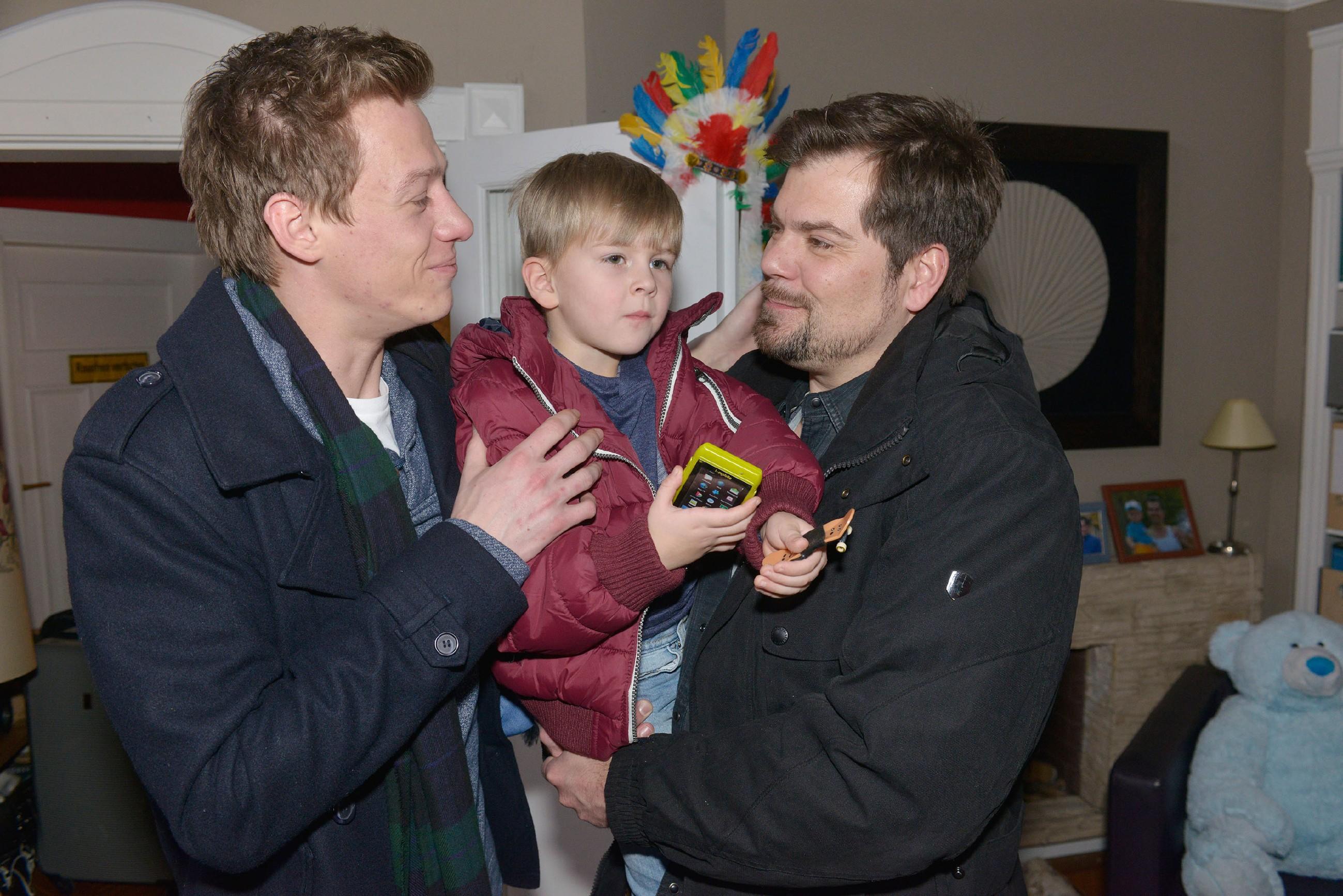 Leon (Daniel Fehlow, r.) freut sich, dass Vince (Vincent Krüger, l.) gekommen ist, um ihn und Oscar vor ihrer Abreise zu verabschieden.