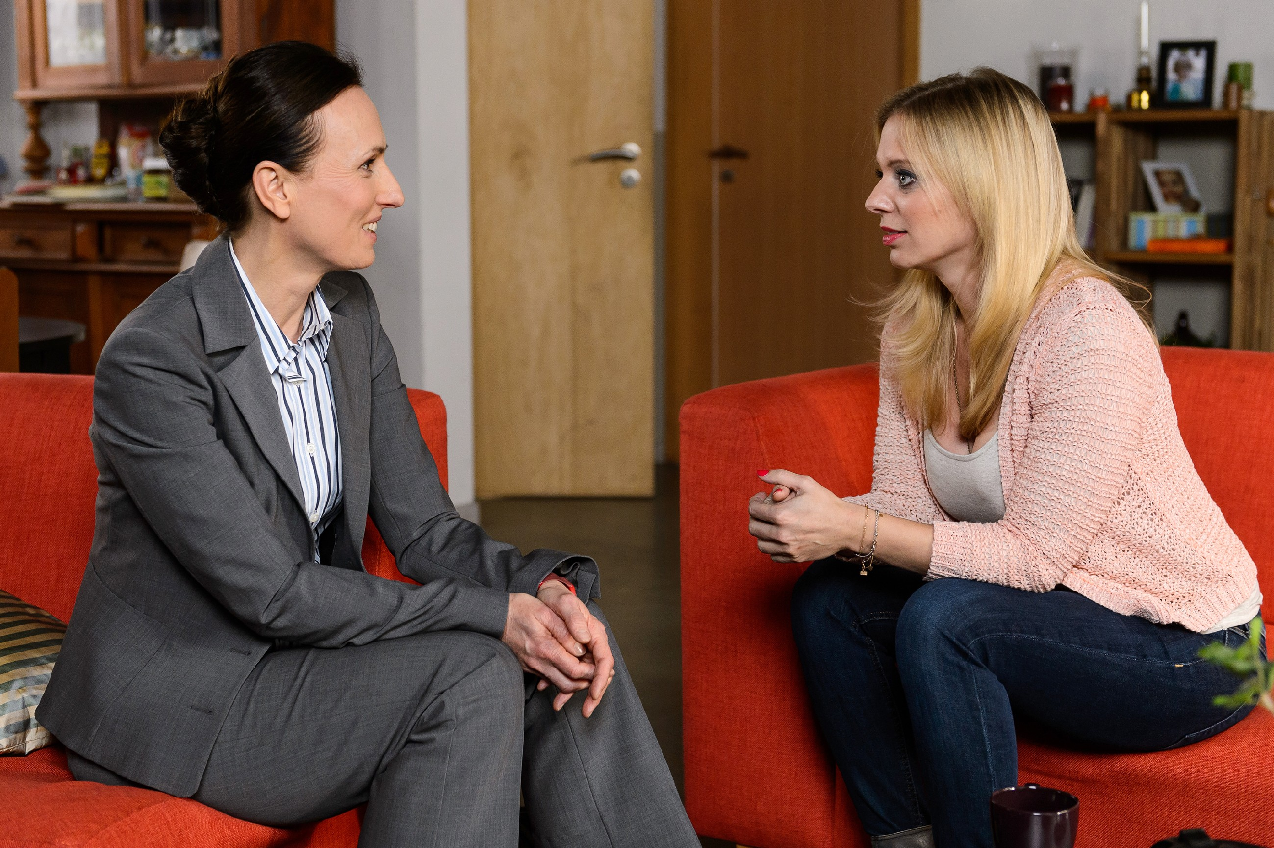 Lena (Juliette Greco, r.) beschließt beim Gespräch mit der Jugendamts-Mitarbeiterin Beate Elsner (Julia Wolff), wieder zu Marian zu ziehen - auch, um Alexander seine vertraute Umgebung und Geborgenheit bieten zu können. (Quelle: RTL / Willi Weber)