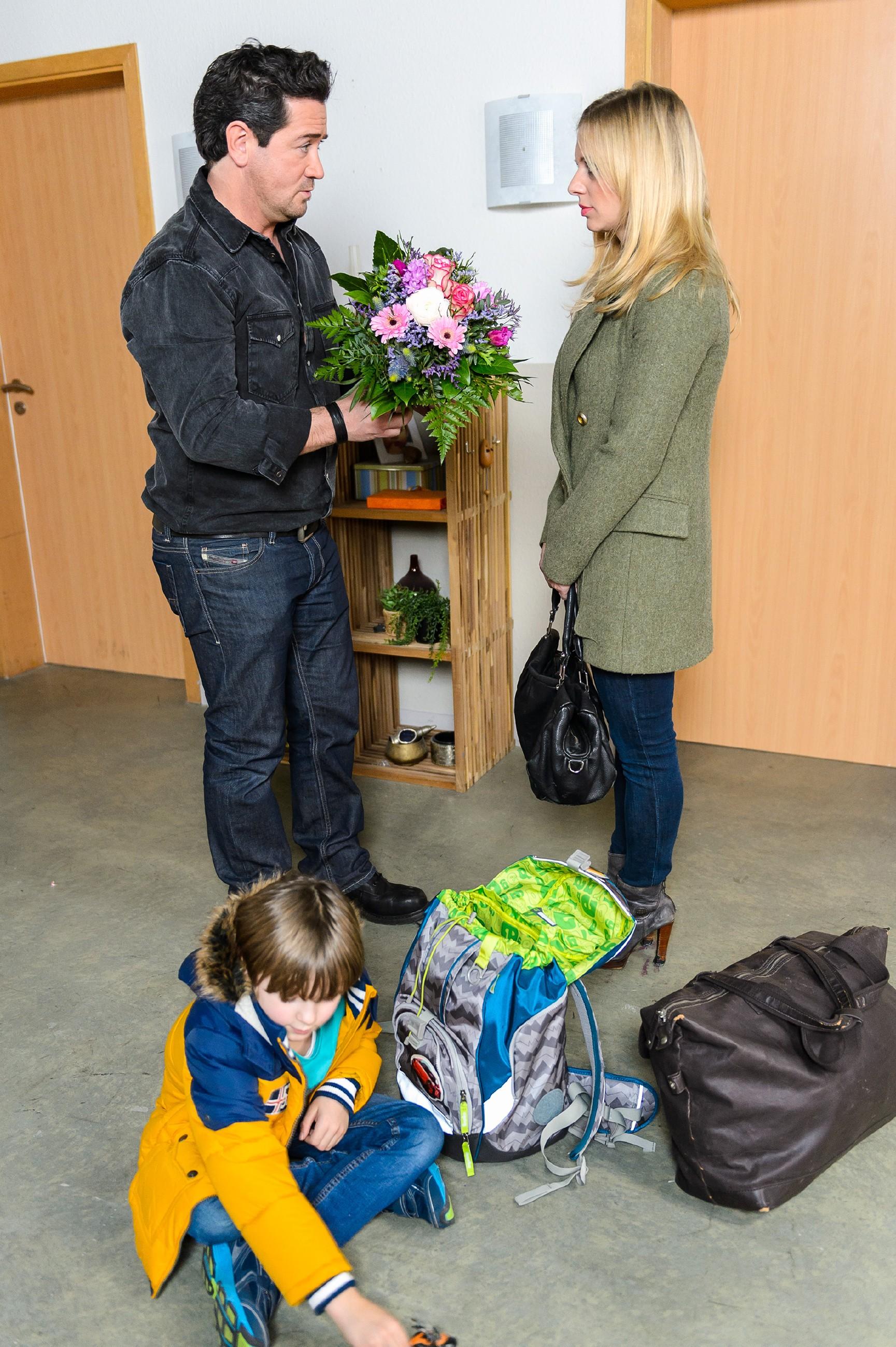 Marian (Sam Eisenstein) heißt Lena (Juliette Greco) und Alexander (Ralf-Maximilian Prack, vorne) zuhause willkommen. Ihm fällt ein Stein vom Herzen, dass Lena sich auf eine Versöhnung einlässt. (Quelle: RTL / Willi Weber)