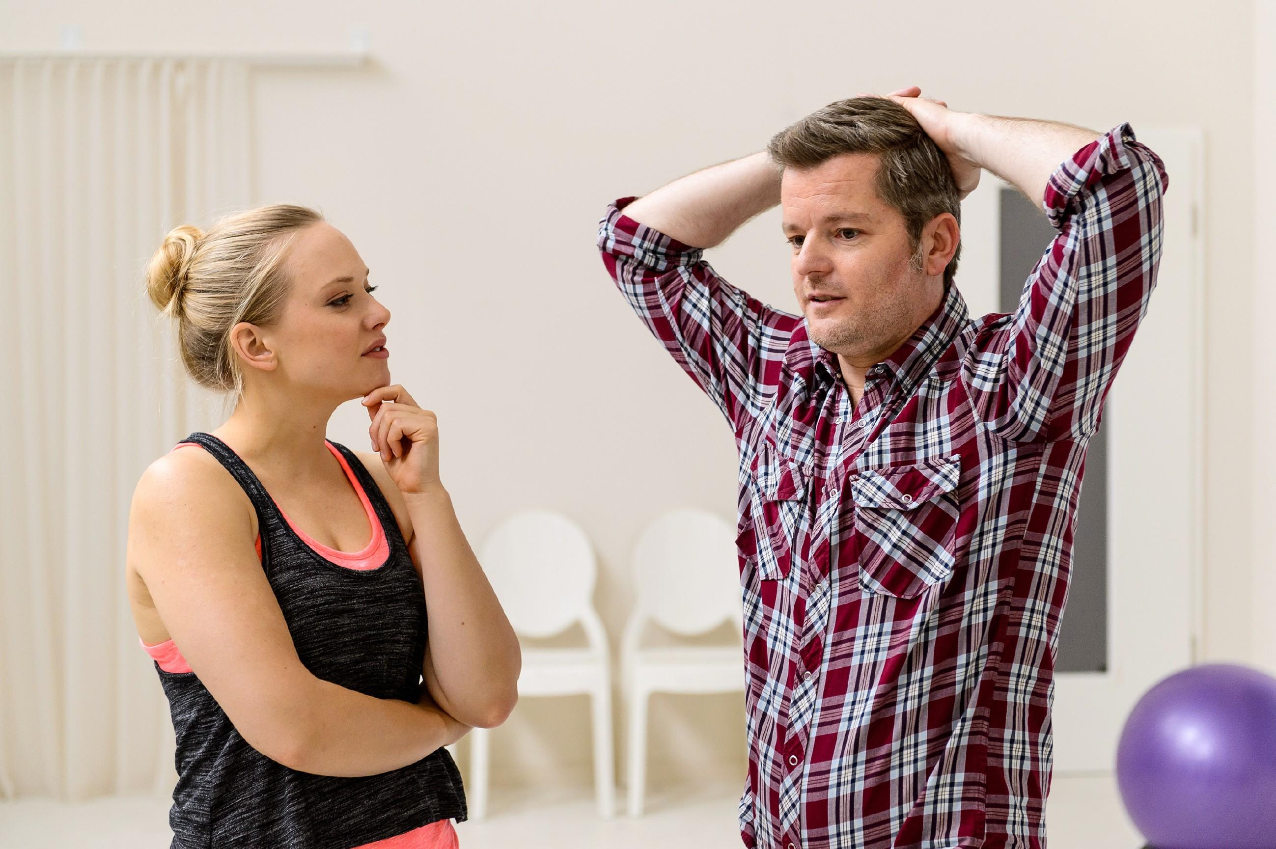 Marie (Judith Neumann) hört auf ihren Bauch und glaubt Ingos (André Dietz) Unschuldsbeteuerungen. (Quelle: RTL / Willi Weber)