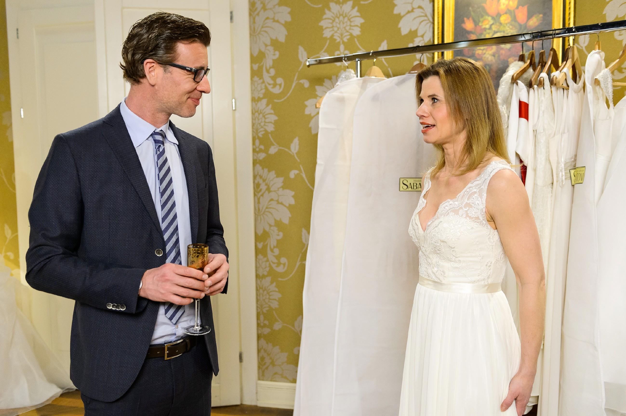 Christoph (Lars Korten) ist überwältigt, als er Anne (Alexandra Seefisch) im Brautkleid sieht. (Quelle: RTL / Willi Weber)