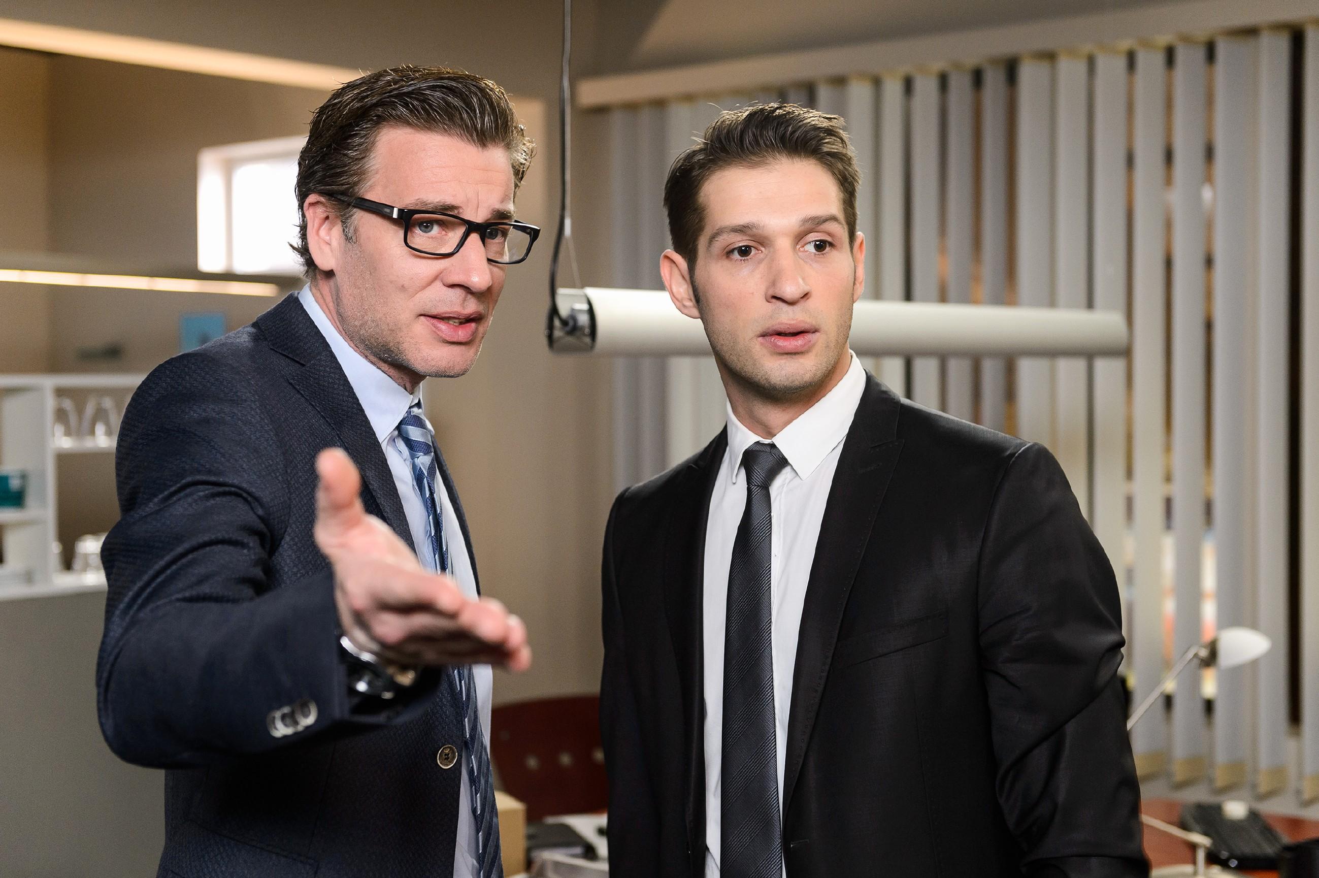 Christoph (Lars Korten, l.) ist weiterhin fest entschlossen, Veit aus der Firma zu entfernen und erläutert seine Sorgen Deniz (Igor Dolgatschew). (Quelle: RTL / Willi Weber)