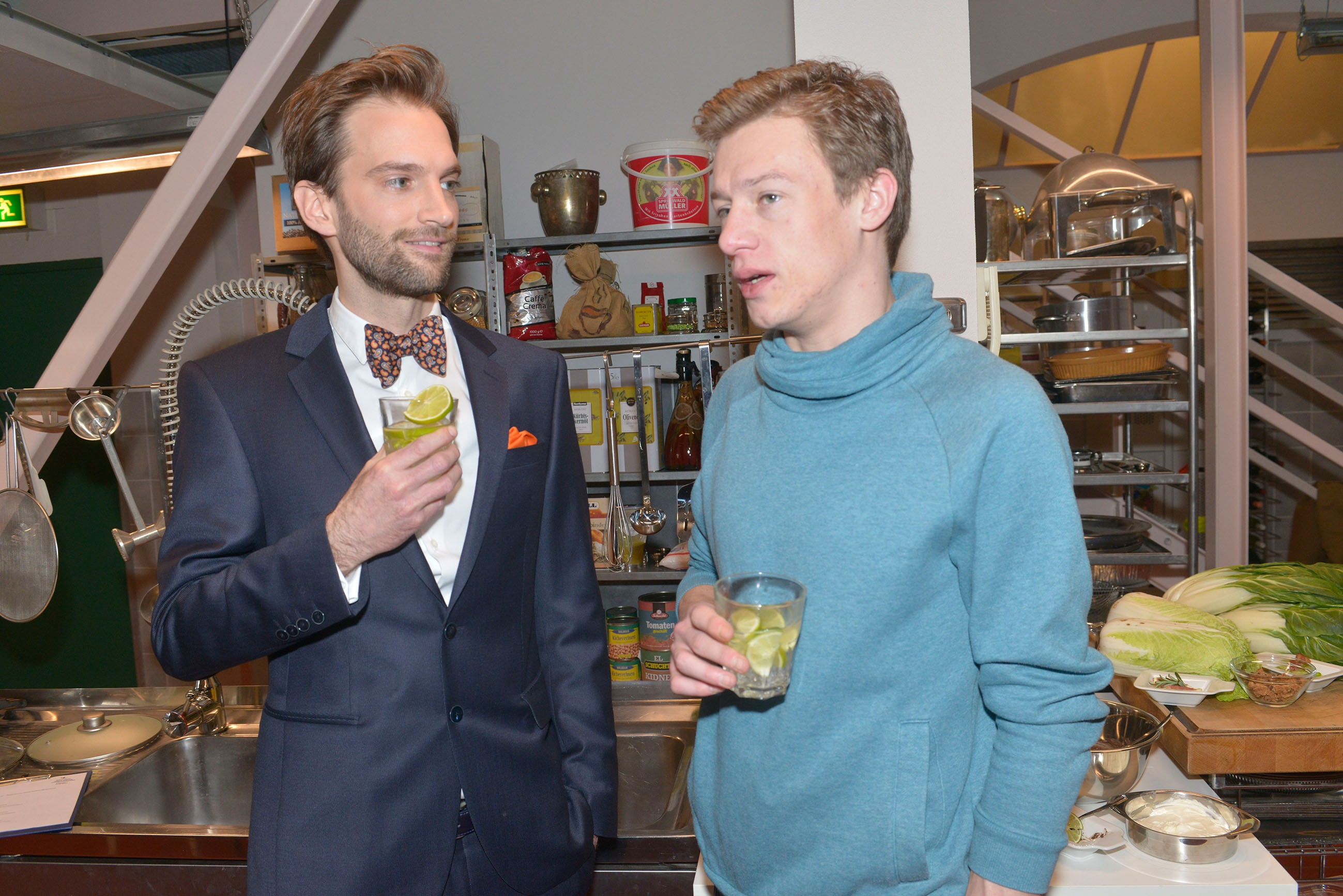 Vince (Vincent Krüger, r.) hat einen wichtigen Termin mit seinem neuen Geschäftspartner Julius Wenzel (Benjamin Bieber), der von Vince' Talent überzeugt ist.