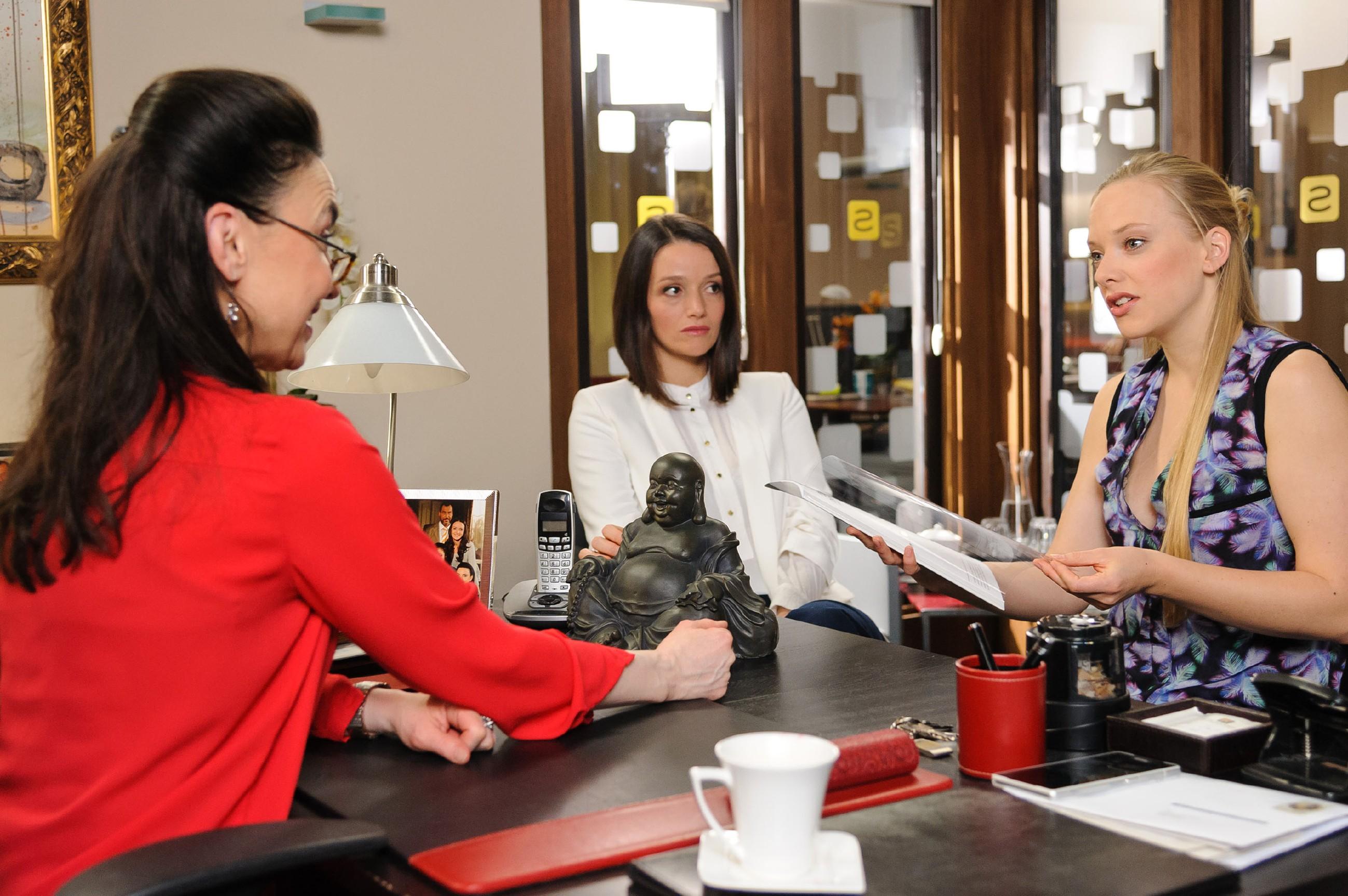 Marie (Judith Neumann, r.) bekommt von Simone (Tatjana Clasing, l.) und Jenny (Kaja Schmidt-Tychsen) ein attraktives Jobangebot, für das sie jedoch einiges aufgeben muss. (Quelle:RTL / Willi Weber)