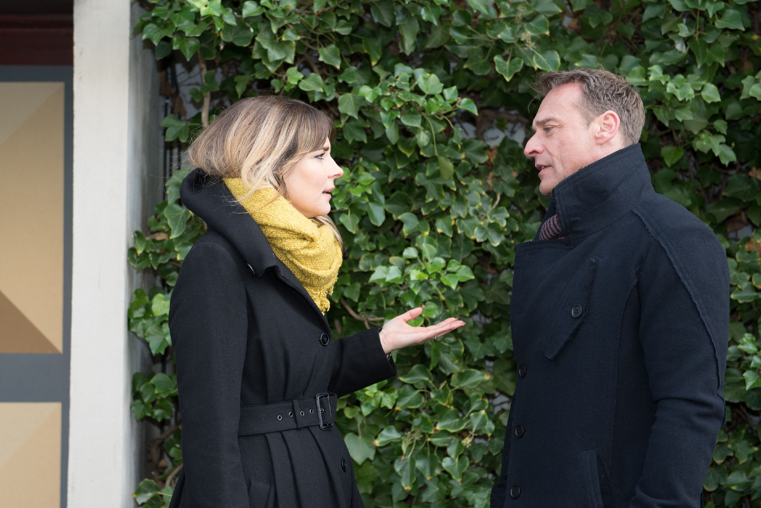 Eva (Claudelle Deckert) schwört Rufus (Kai Noll) darauf ein, das Gespräch mit der Polizei ihr zu überlassen. (Quelle: RTL / Stefan Behrens)