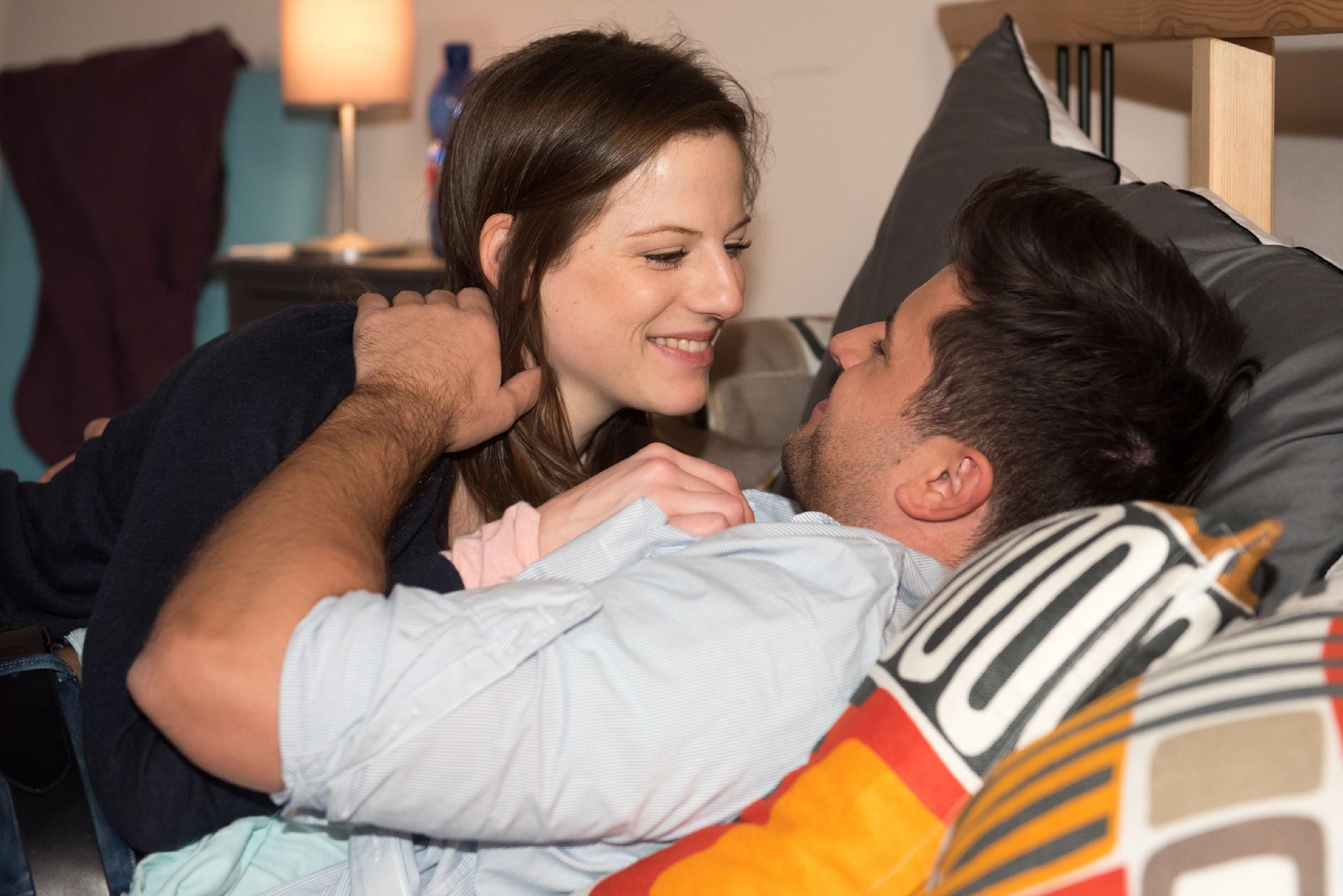 Elli (Nora Koppen) ist erleichtert, als Paco (Milos Vukovic) das Thema Sex langsam angehen will. (Quelle: RTL / Stefan Behrens)