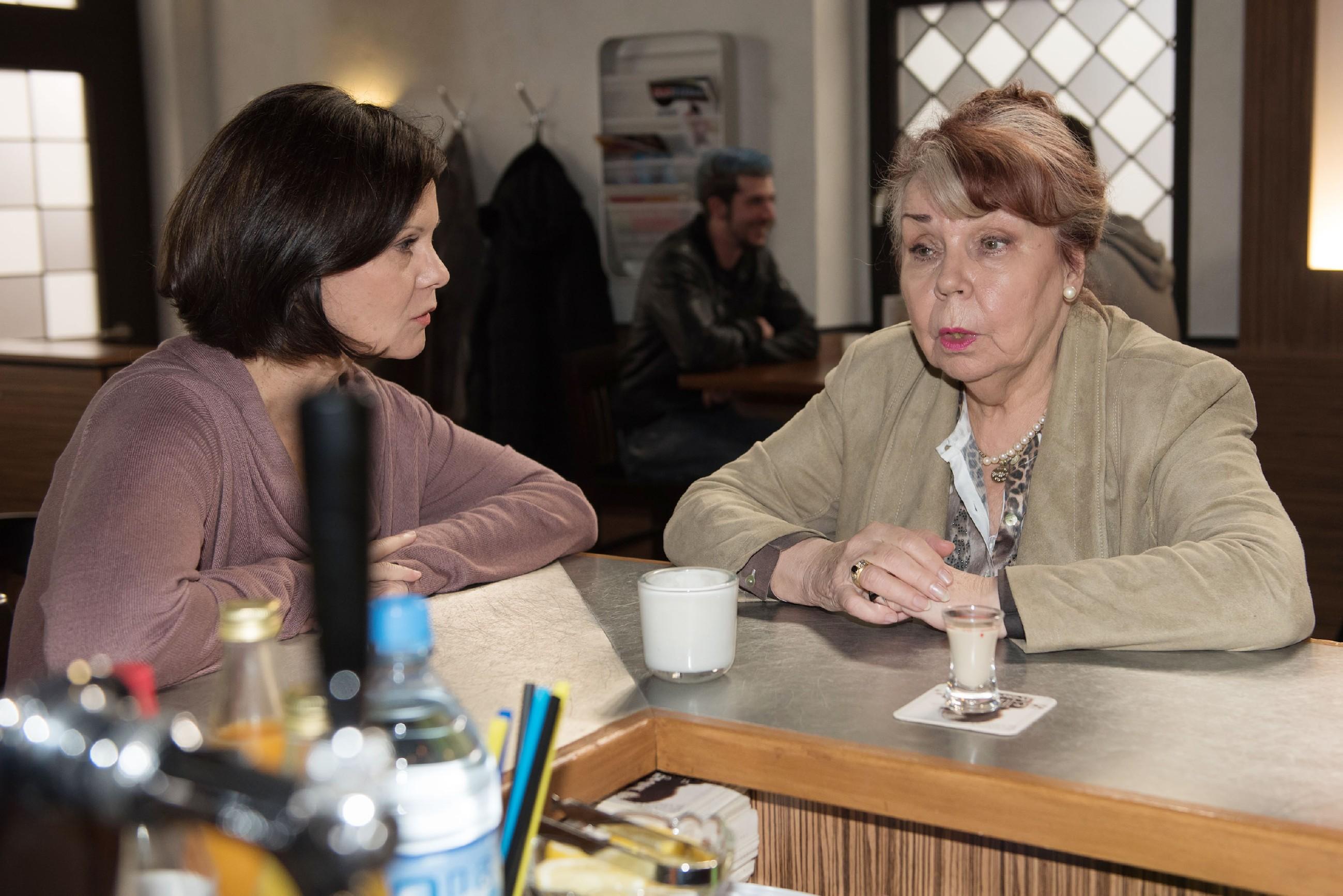 Irene (Petra Blossey, l.) erfährt endlich den wahren Grund für Roswithas (Andrea Brix) ausgedehnten Köln-Aufenthalt... (Quelle: RTL / Stefan Behrens)