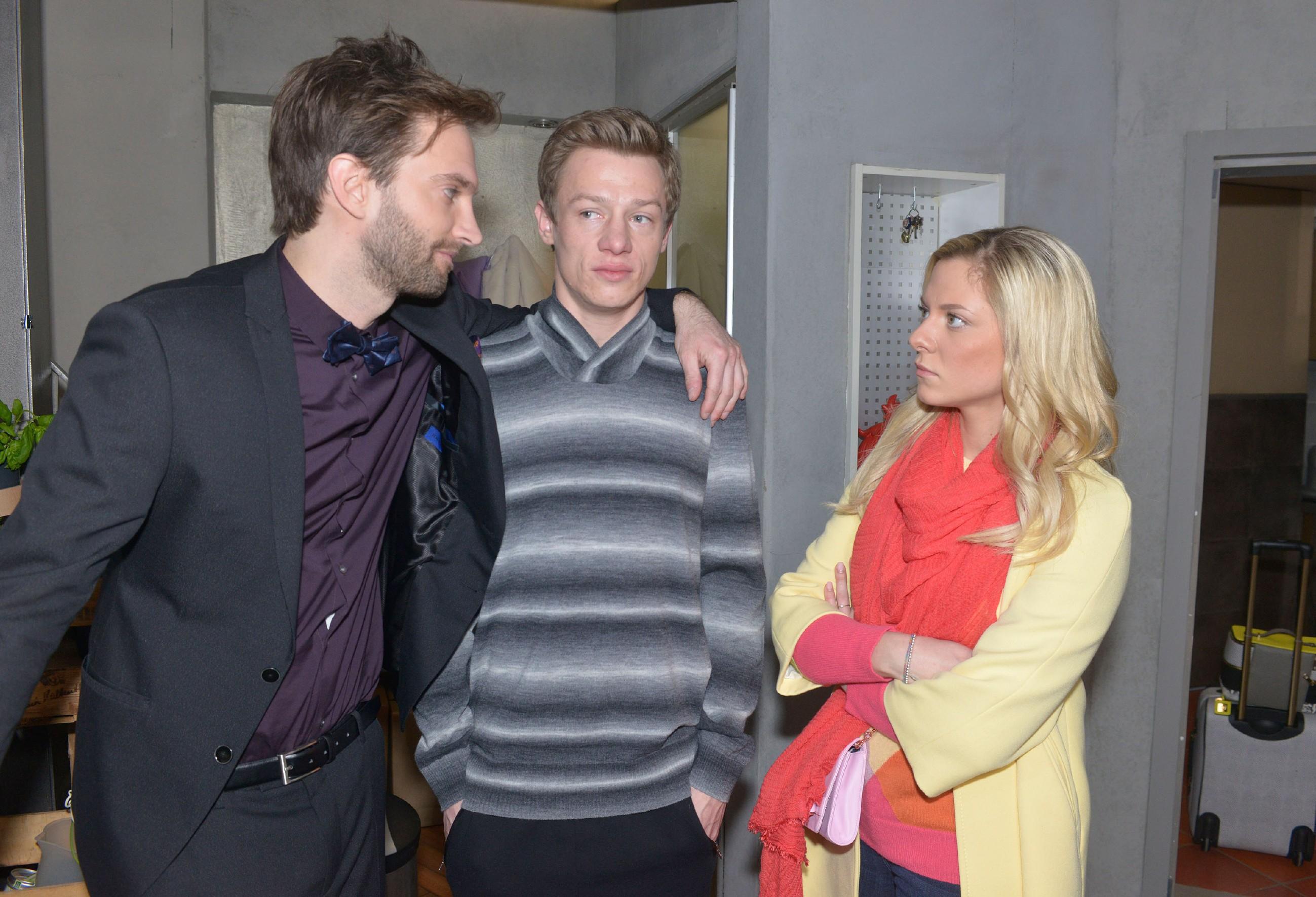 Vince (Vincent Krüger, M.) und Sunny (Valentina Pahde) sind alles andere als begeistert, dass Julius (Benjamin Bieber) Vince' Vergangenheit zu PR-Zwecken ausschlachten will.