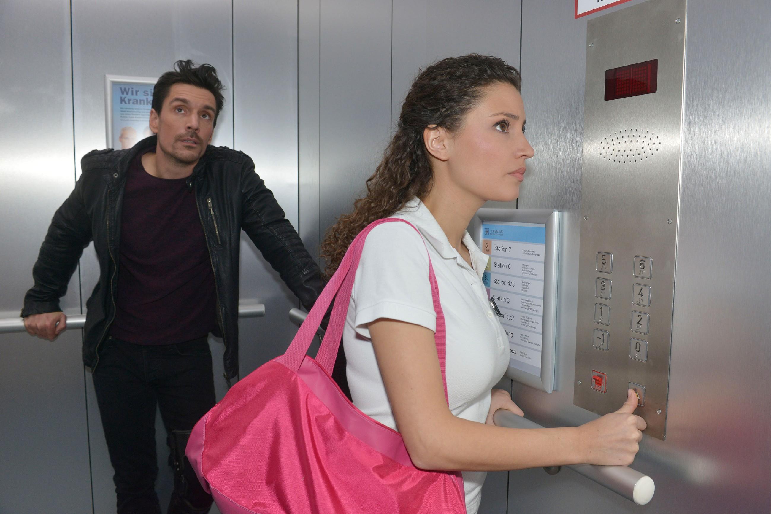 Ausgerechnet Ayla (Nadine Menz) und David (Philipp Christopher), die sich ohnehin nicht besonders gut leiden können, bleiben zusammen im Fahrstuhl stecken... (Quelle: RTL / Rolf Baumgartner)