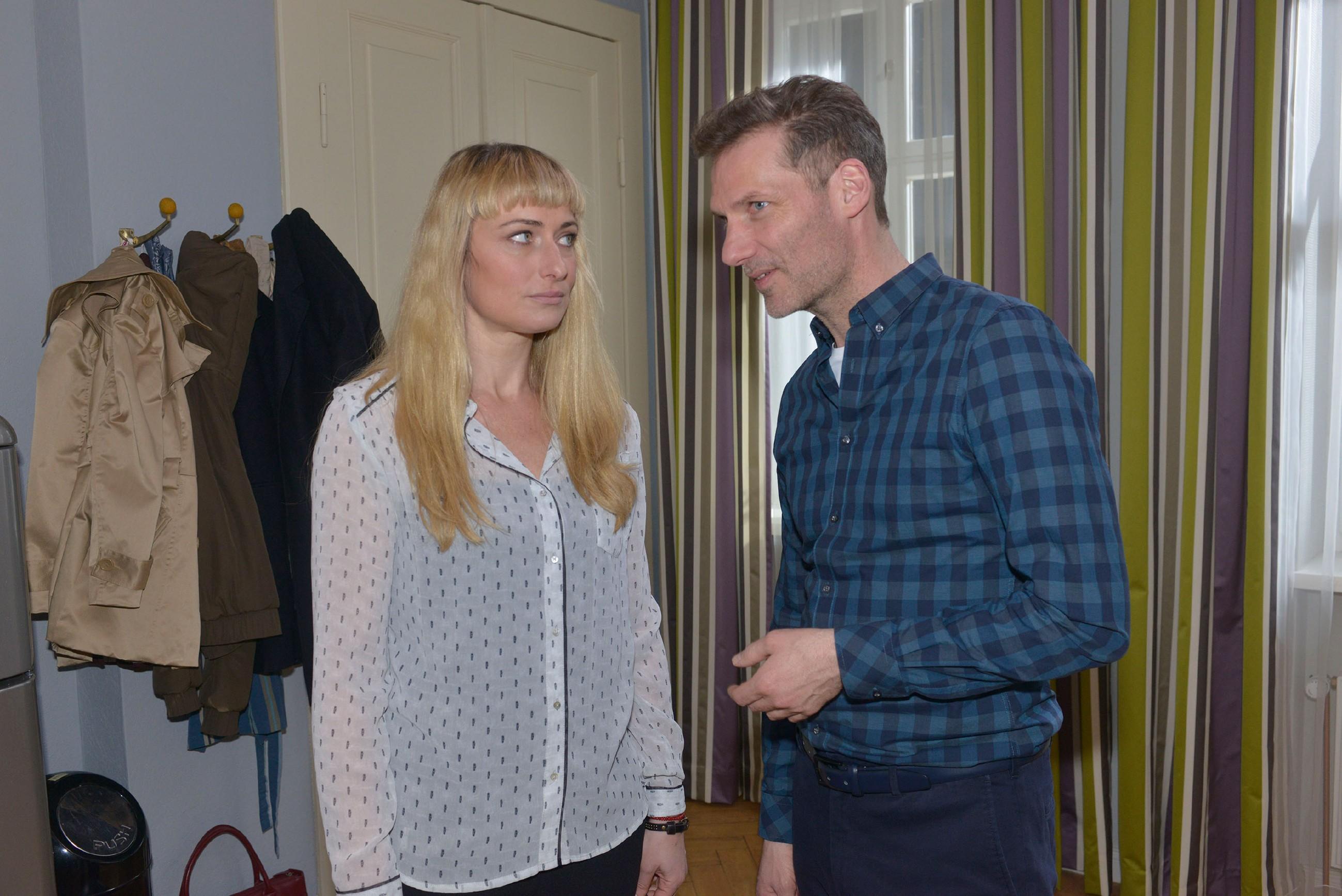 Maren (Eva Mona Rodekirchen) möchte endlich wieder offen mit Alexander (Clemens Löhr) umgehen und zurück in den Alltag finden. (Quelle: RTL / Rolf Baumgartner)