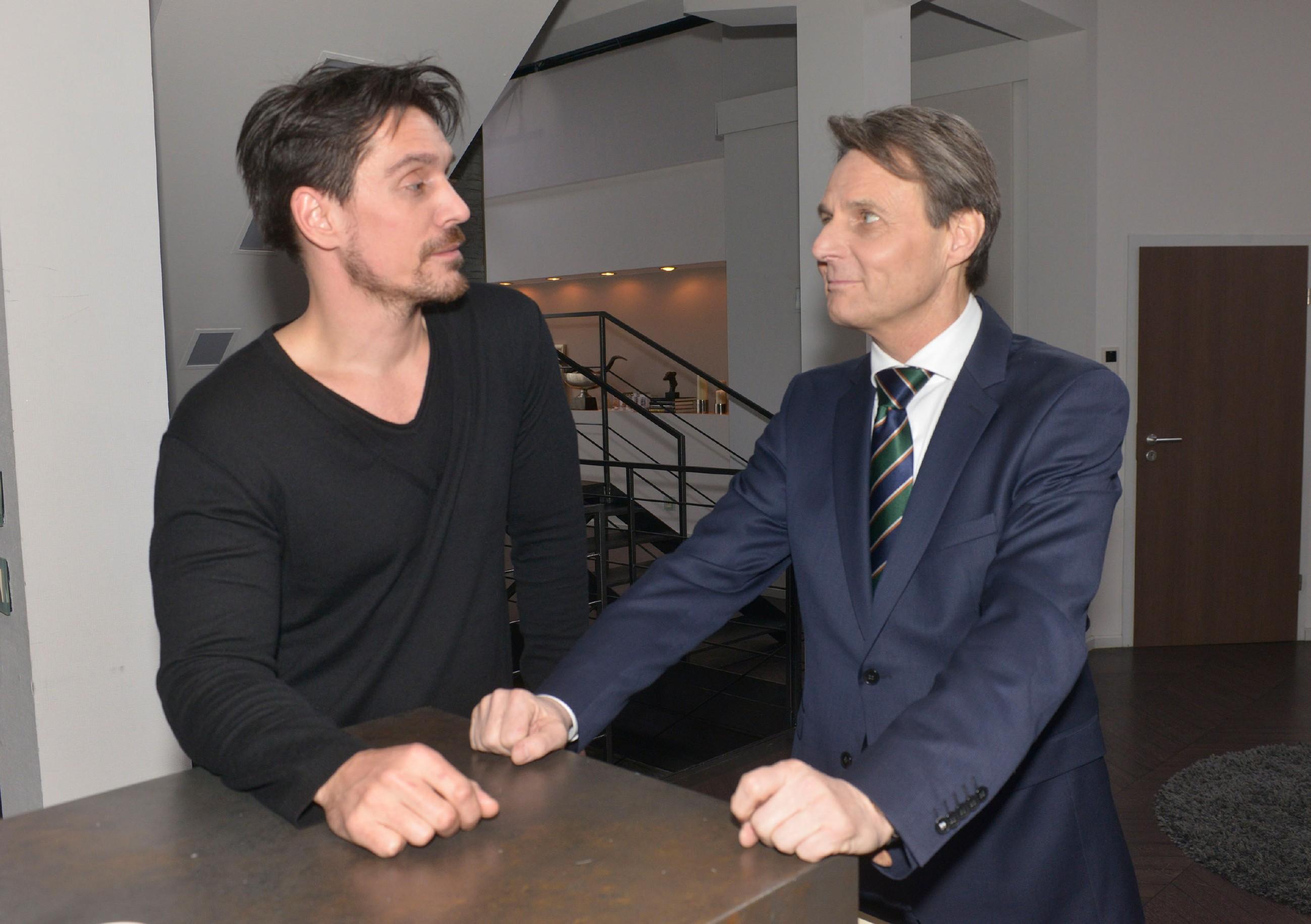 Nach seiner Rückkehr aus Malaysia lässt David (Philipp Christopher, l.) sich seinen Hass auf Gerner (Wolfgang Bahro) nicht anmerken, der hingegen den Besorgten mimt. (Quelle: RTL / Rolf Baumgartner)