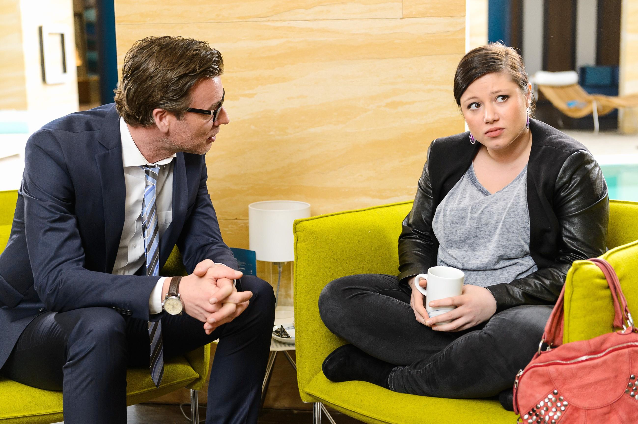Christoph (Lars Korten) versucht Vanessa (Julia Augustin) aufzubauen. (Quelle:RTL / Willi Weber)