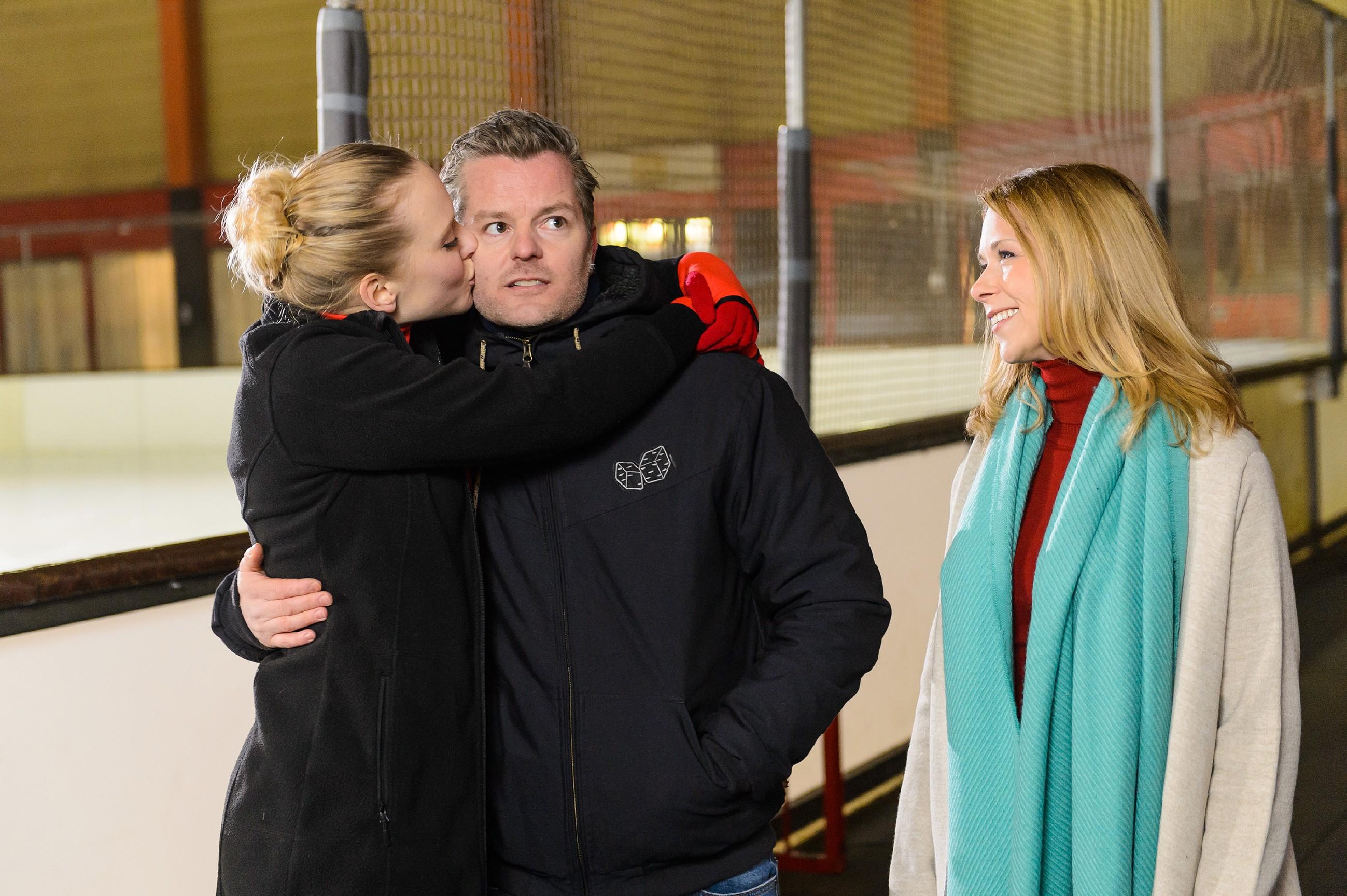 Marie (Judith Neumann, l.) freut sich sehr, dass Ingo (André Dietz) es geschafft hat, ihr Diana Sommer (Tanja Szewczenko) als neue Trainerin zu vermitteln. (Quelle: RTL / Willi Weber)