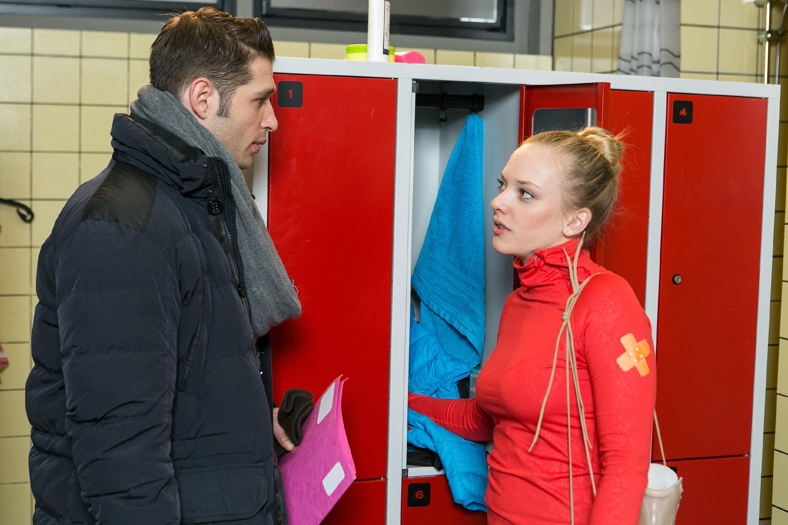 Marie (Judith Neumann) gibt sich Deniz (Igor Dolgatschew) gegenüber zuversichtlich, dass Ingo einen neuen Trainer für sie findet. (Quelle: RTL / Kai Schulz)
