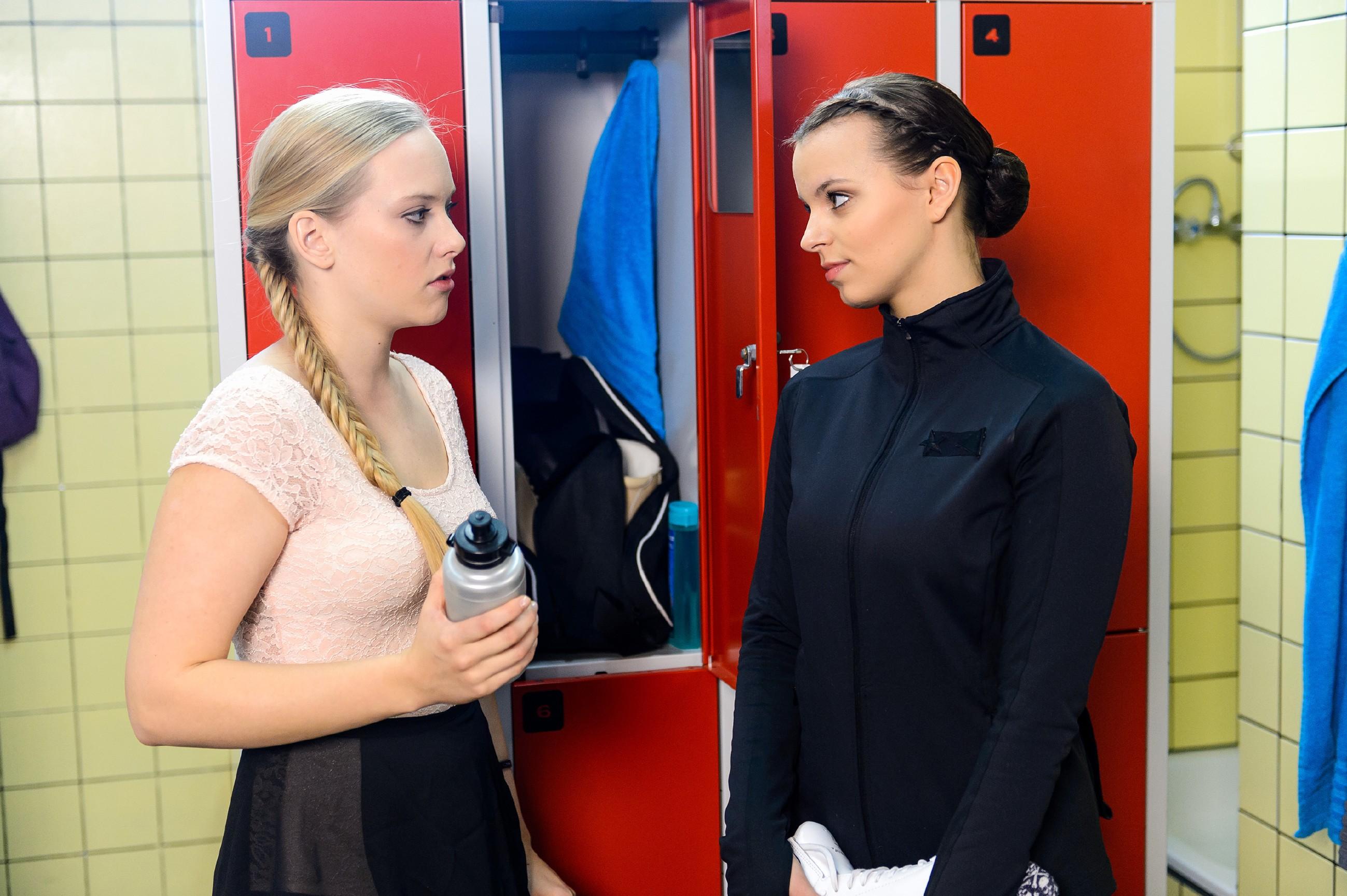 Marie (Judith Neumann, l.) versucht einmal mehr, Michelles (Franziska Benz) Sticheleien an sich abprallen zu lassen. (Quelle: RTL / Willi Weber)