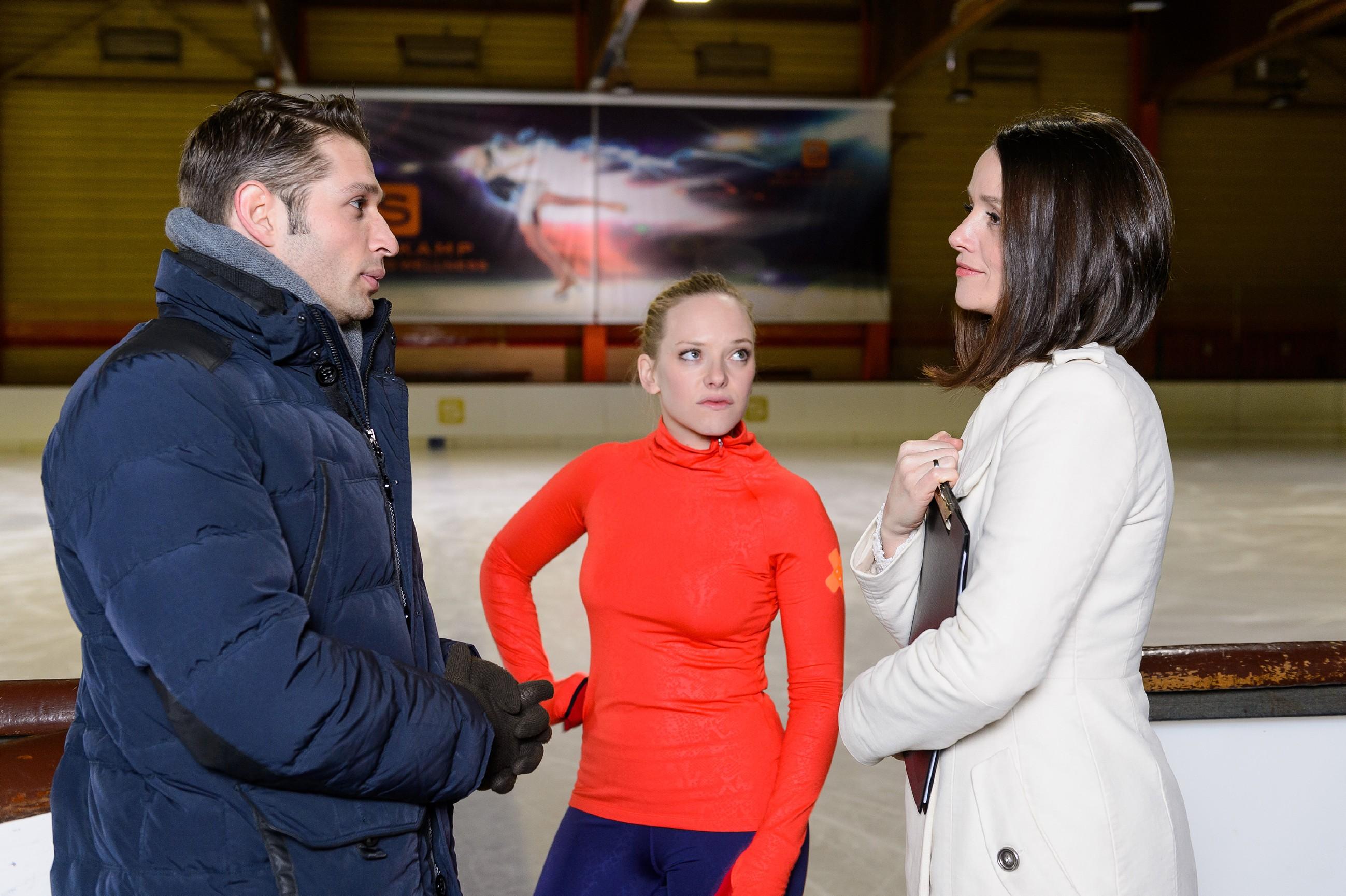 Marie (Judith Neumann, M.) lässt sich dank Deniz (Igor Dolgatschew) nicht von Jennys (Kaja Schmidt-Tychsen) Spott provozieren. (Quelle: RTL / Willi Weber)