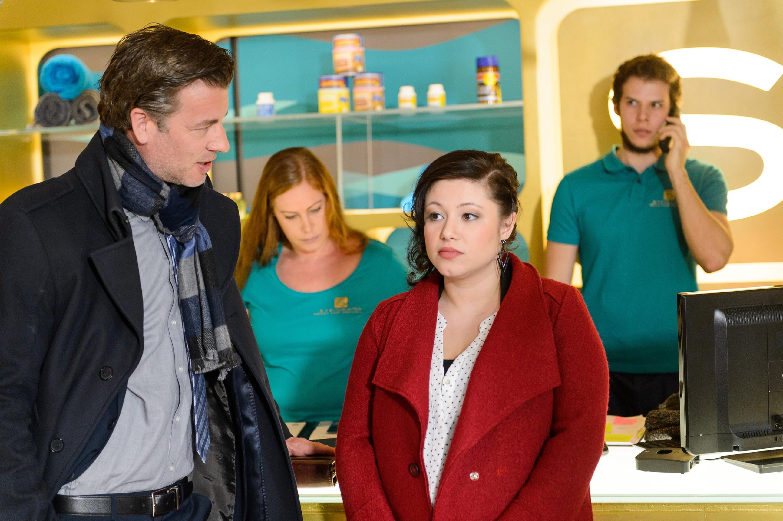 Vanessa (Julia Augustin, 2.v.r.) kommt langsam auf eine Idee, wie sich das Problem mit Christoph (Lars Korten, l.) und Anne lösen lassen könnte (im Hintergrund Komparsen). (Quelle: RTL / Willi Weber)
