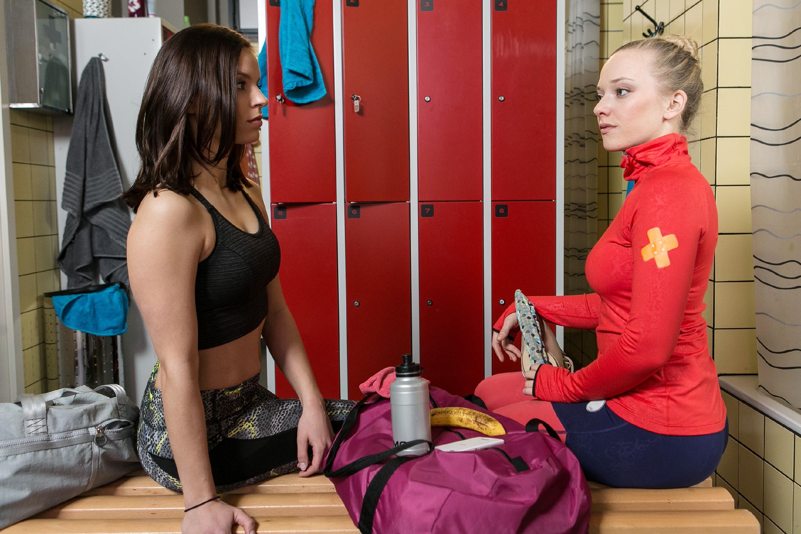 Marie (Judith Neumann, r.) wird durch Michelle (Franziska Benz) klar, das es nur eine Entscheidung in Bezug auf die Deutsche Meisterschaft geben kann. (Quelle: RTL / Kai Schulz)