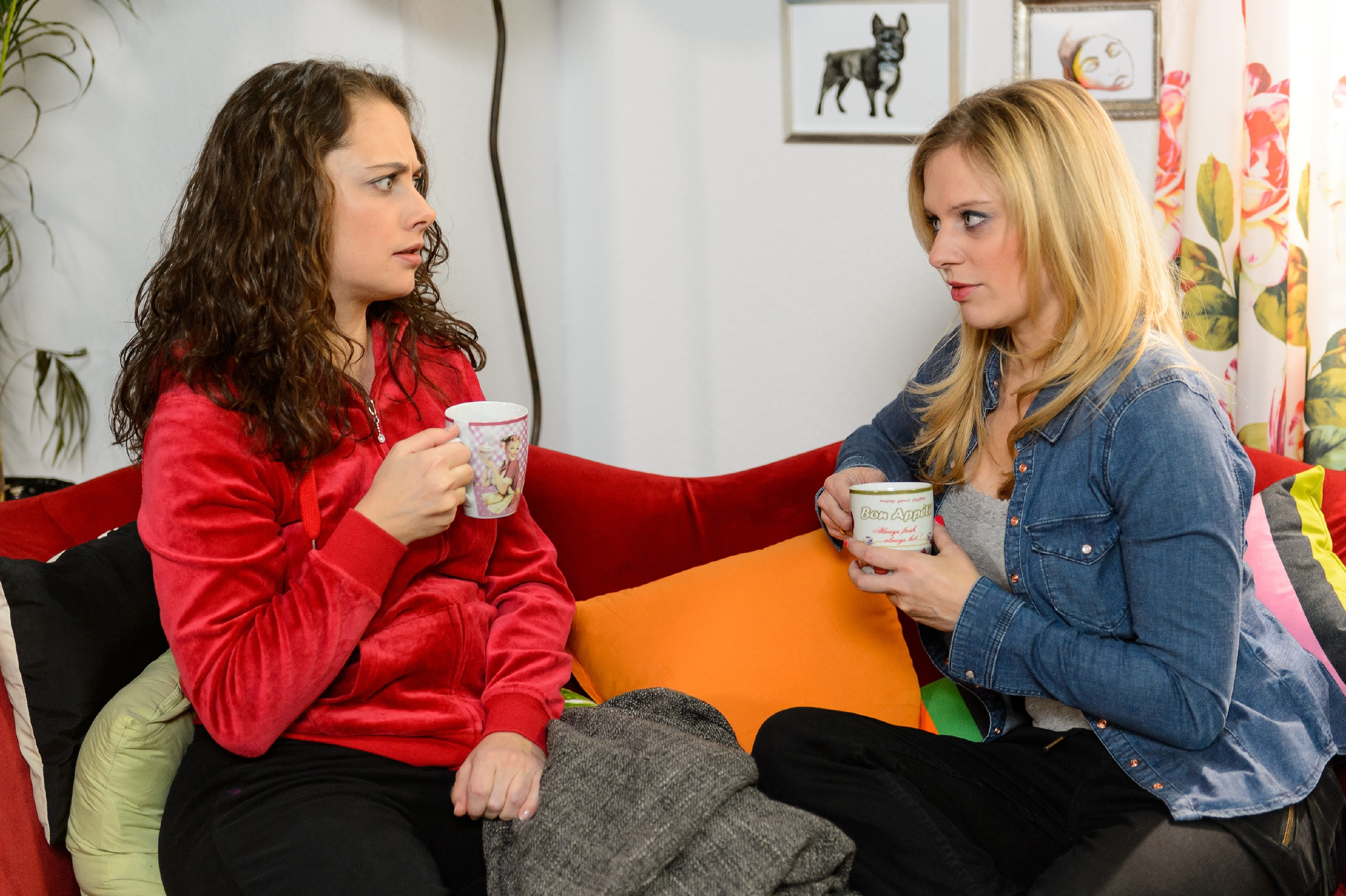 Carmen (Heike Warmuth, l.) muss sich im Gespräch mit Lena (Juliette Greco) eingestehen, dass sie sich in den Mann ihrer Halbschwester verliebt hat. (Quelle: RTL / Willi Weber)