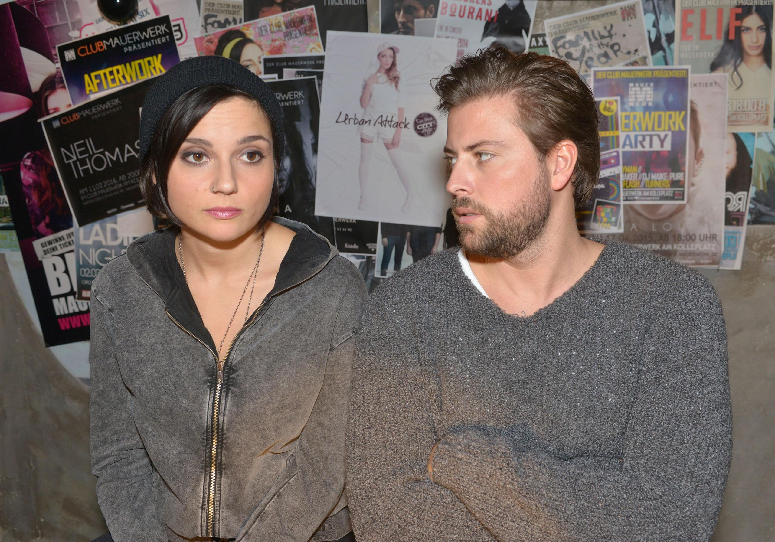Anni (Linda Marlen Runge) und John (Felix von Jascheroff) können das Konzert wegen ihrer jeweiligen Probleme nicht genießen. (Quelle: RTL / Rolf Baumgartner)