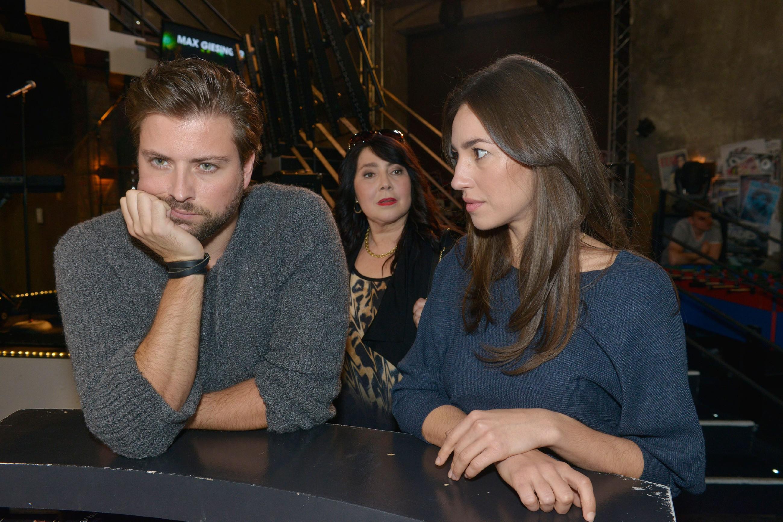 John (Felix von Jacheroff) wurmt es, dass er keinen Draht zu Elenas (Elena Garcia Gerlach, r.) Tante Maria (Cecilia Pillado) findet. (Quelle: RTL / Rolf Baumgartner)