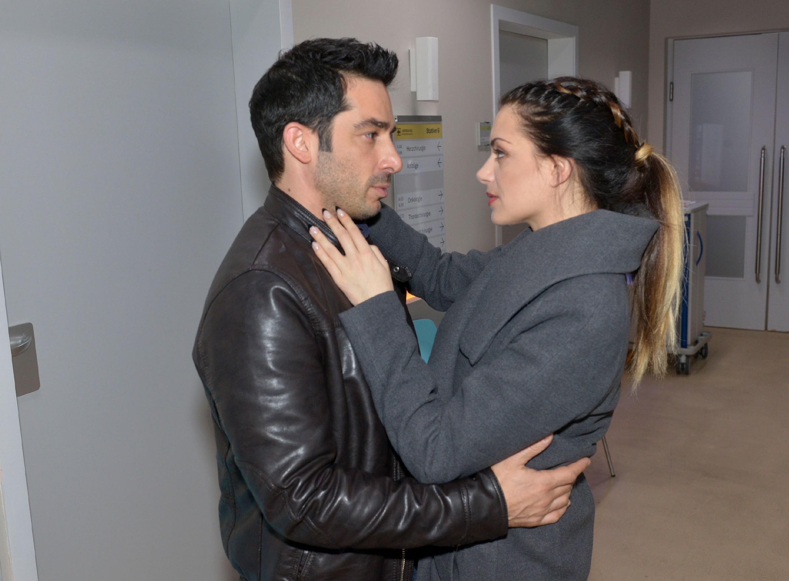 Emily (Anne Menden) ist mit der Sorge um Tayfun (Tayfun Baydar) völlig überfordert. (Quelle: RTL / Rolf Baumgartner)