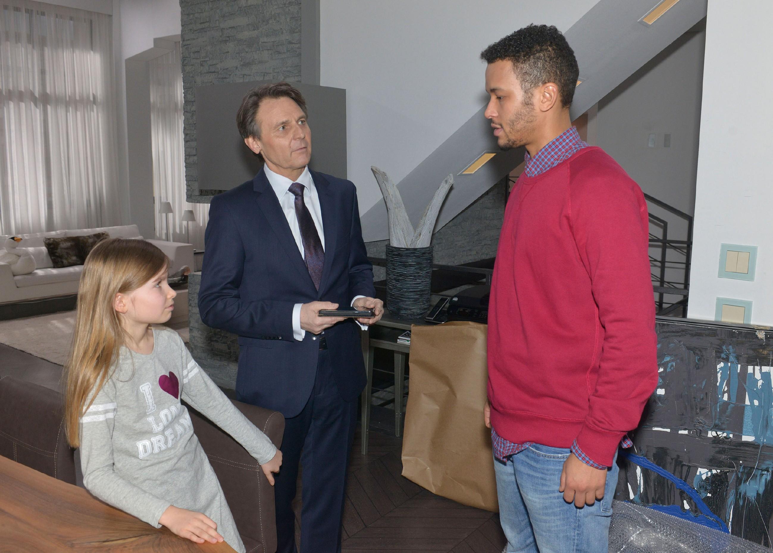 Obwohl Johanna lügt, möchte Amar (Thando Walbaum) keinen Ärger mit Gerner (Wolfgang Bahro), dem er seine Aufenthaltsgenehmigung zu verdanken hat. (Quelle: RTL / Rolf Baumgartner)