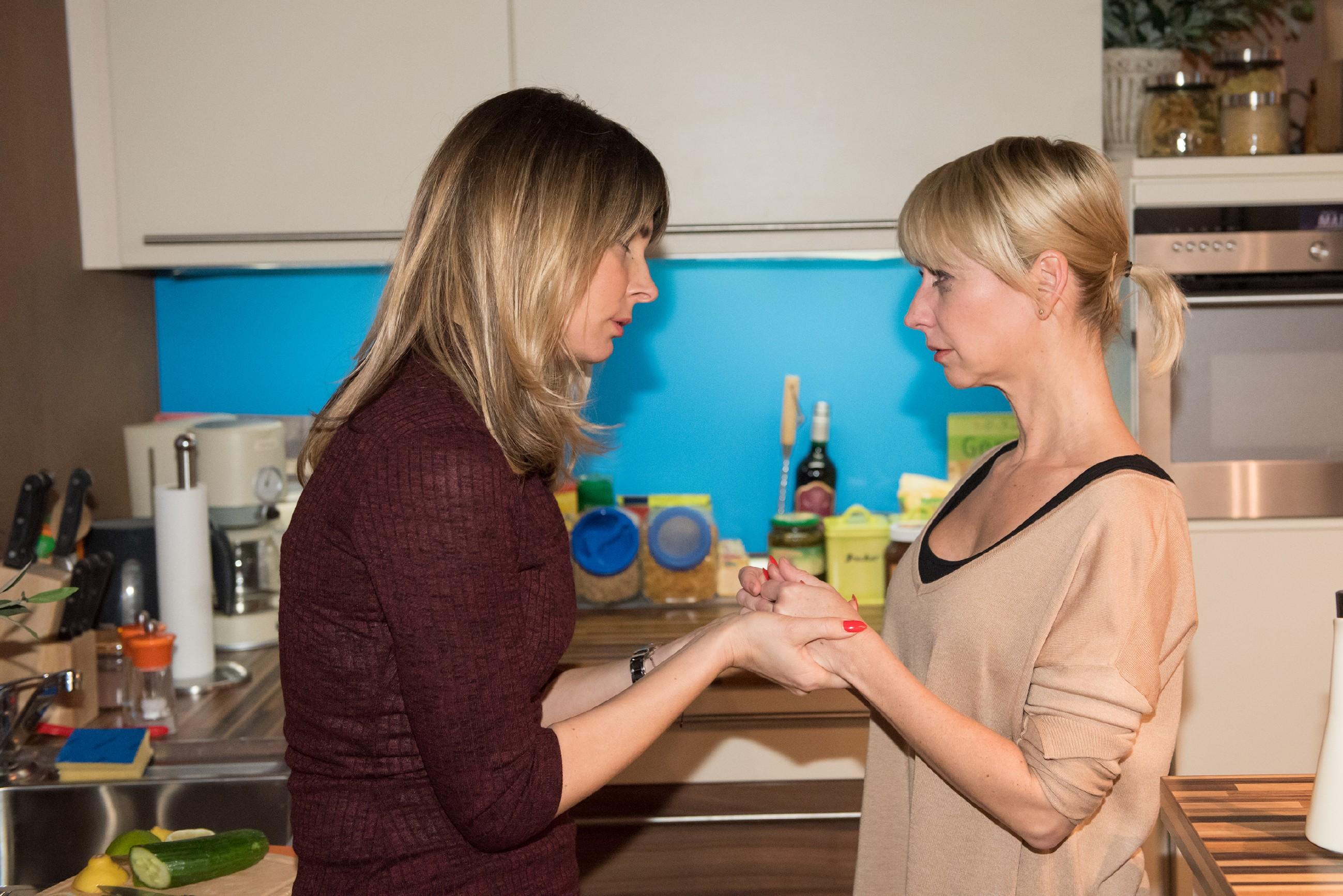 Eva (Claudelle Deckert, l.) versucht Ute (Isabell Hertel) aufzubauen, die damit hadert, dass ausgerechnet Schätzke einen so tollen Mann abbekommt, während sie vor den Trümmern ihrer Ehe steht. (Quelle: RTL / Stefan Behrens)