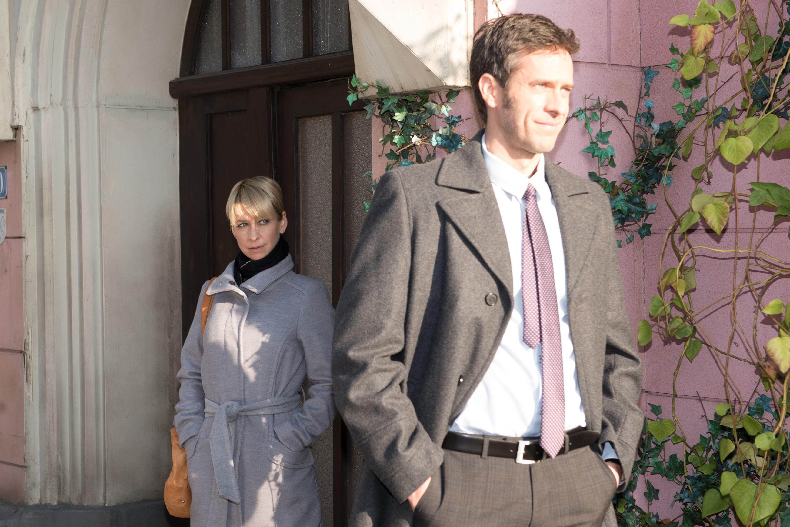 Ute (Isabell Hertel) sieht ernüchtert davon ab, Laurenz von Wintershofen (Claus Biechele) die Augen über seine Verlobte zu öffnen. (Quelle: RTL / Stefan Behrens)