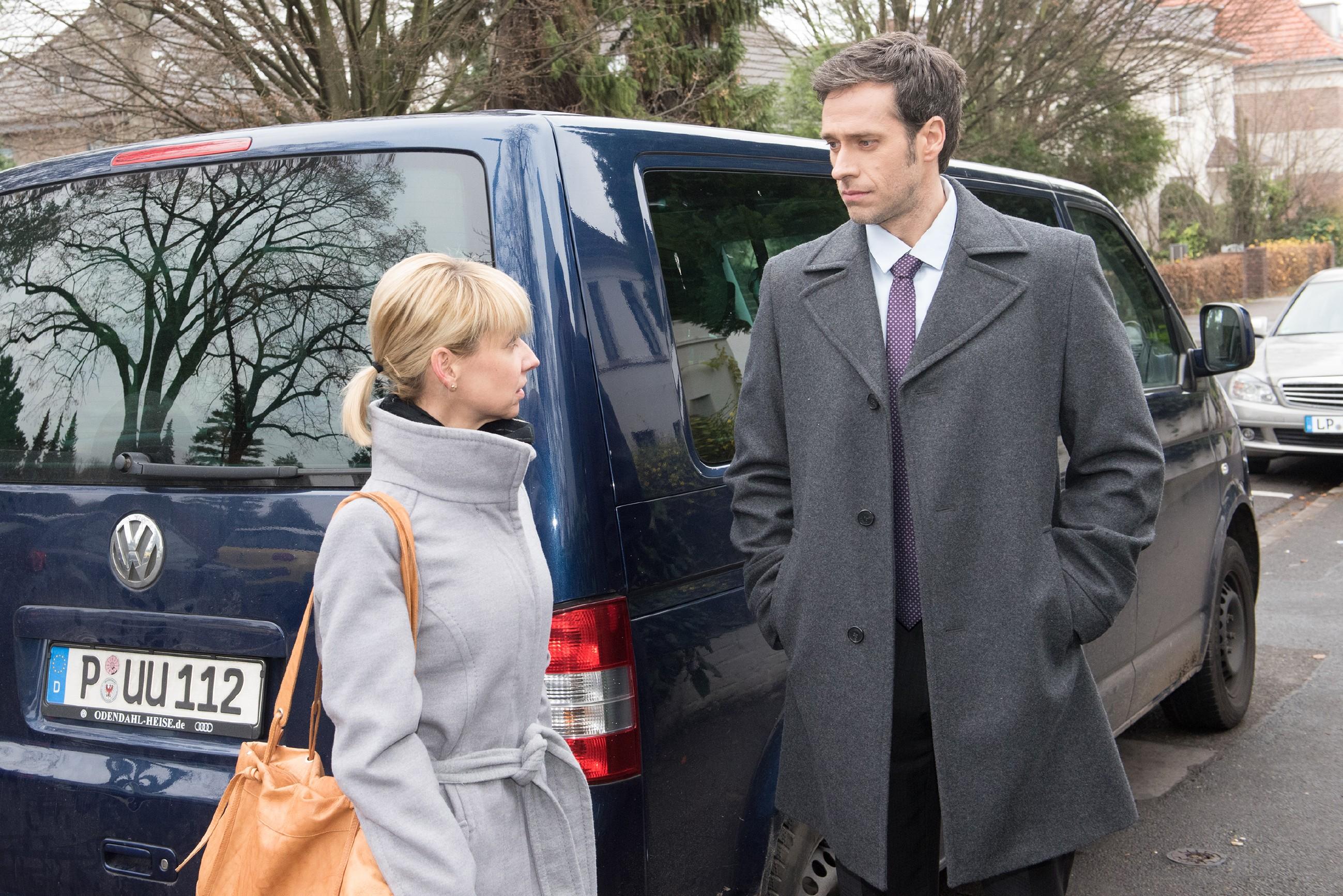 Ute (Isabell Hertel) ist fest entschlossen, Schätzkes Verlobten Laurenz von Wintershofen (Claus Biechele) die Augen über seine Braut zu öffnen. Doch die Kontaktaufnahme läuft nicht wie geplant... (Quelle: Foto: RTL / Stefan Behrens)