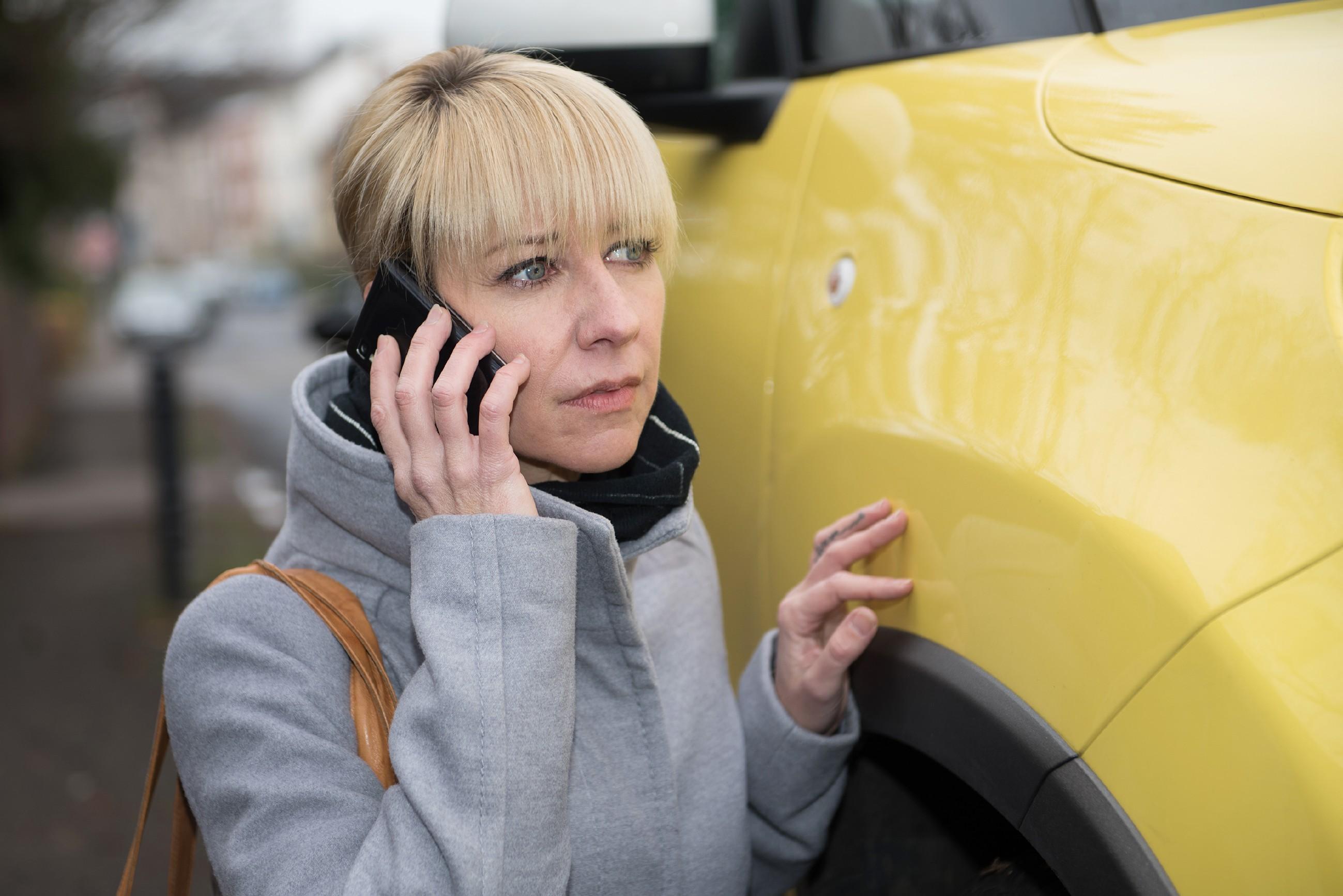 Ute (Isabell Hertel) erweist sich als wenig professionelle Stalkerin. (Quelle: Foto: RTL / Stefan Behrens)