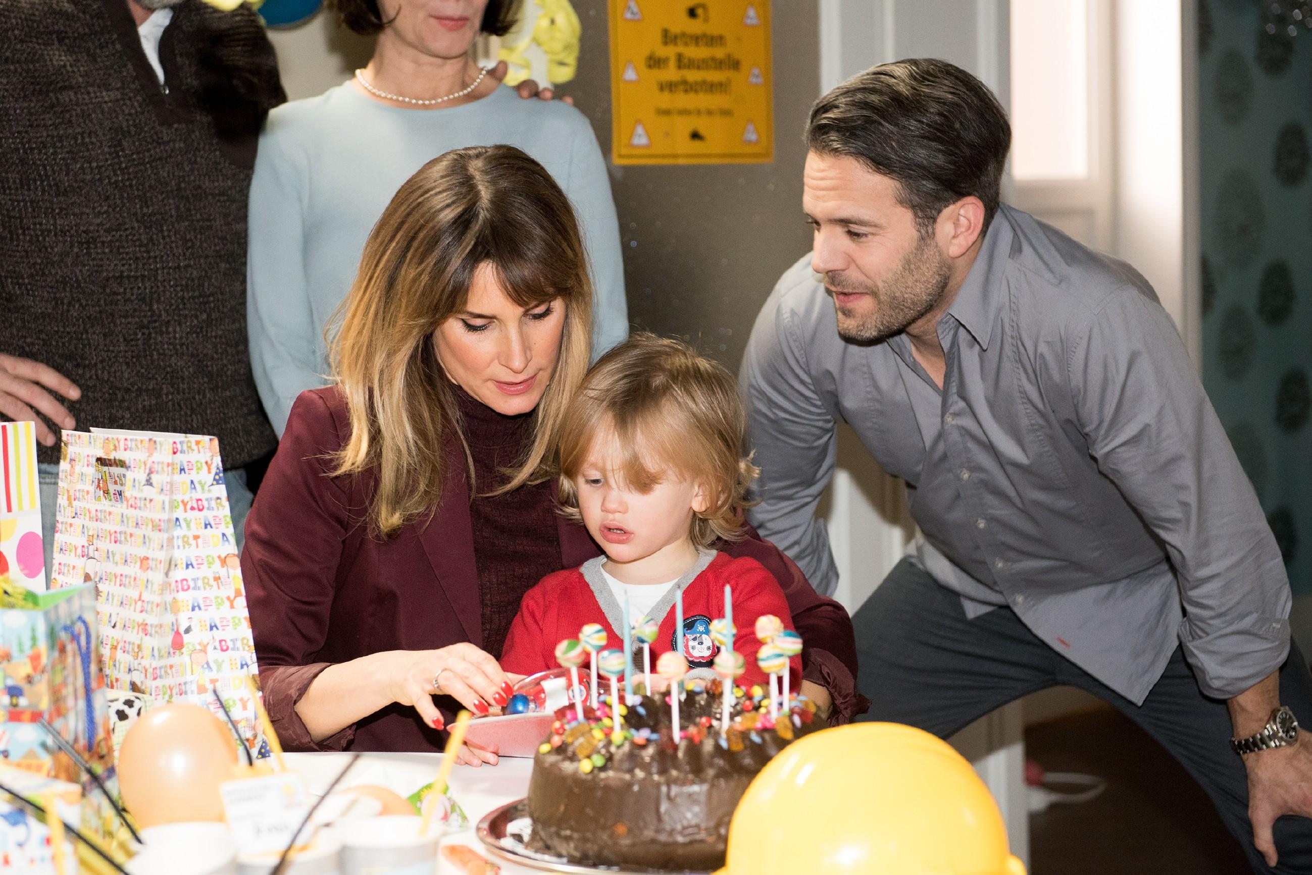 Eva (Claudelle Deckert) und Till (Ben Ruedinger) sind froh, dass ihr Sohn dank Tills Einsatz doch noch eine tolle Geburtstagsfeier bekommt - bei der sich Noah (Finn Luca Cramer) zudem auch noch als kleines Genie entpuppt... (Quelle: Foto: RTL / Stefan Behrens)