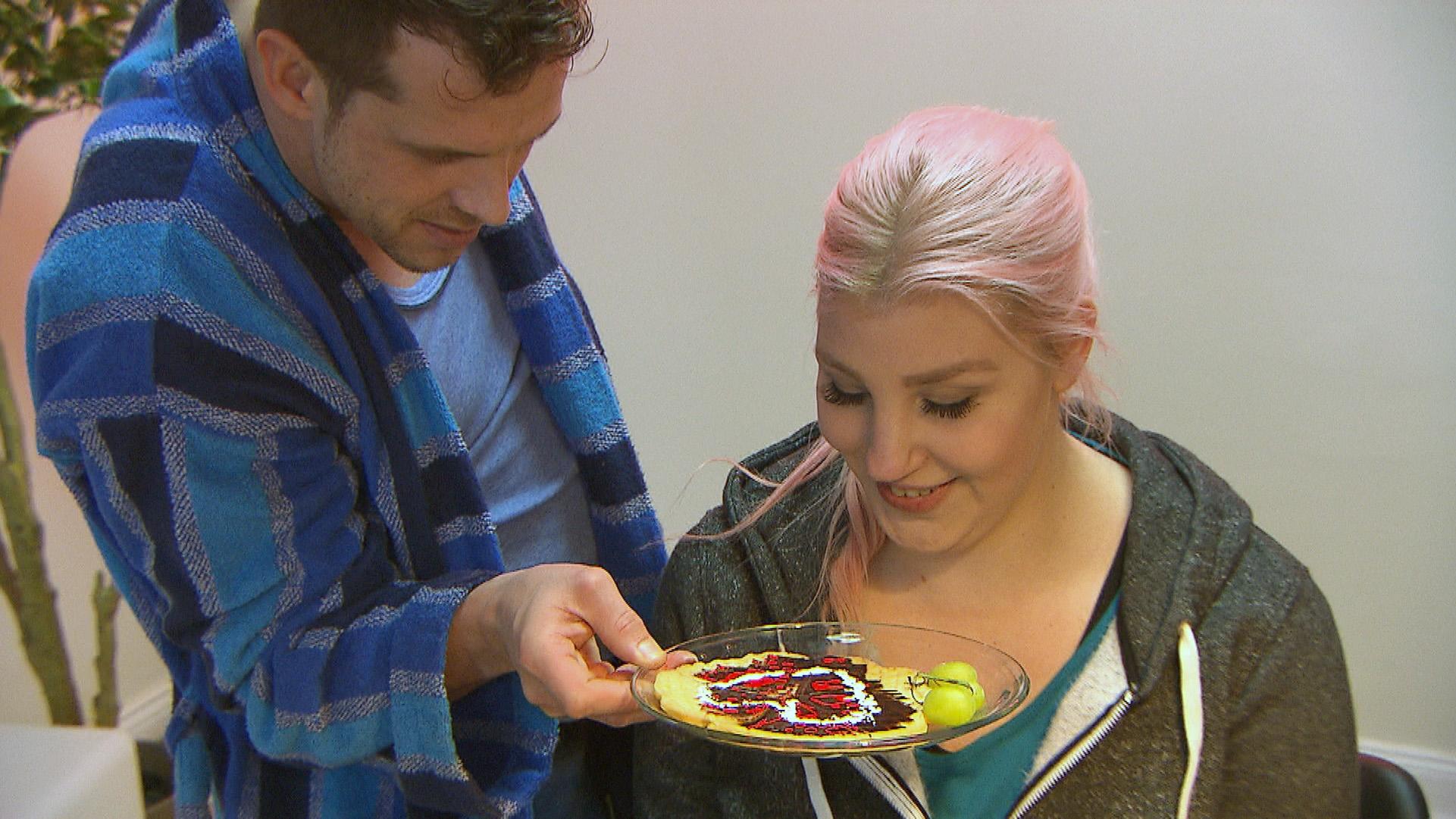 Basti und Paula genießen das Glück der frisch Verlobten.. (Quelle: RTL 2)