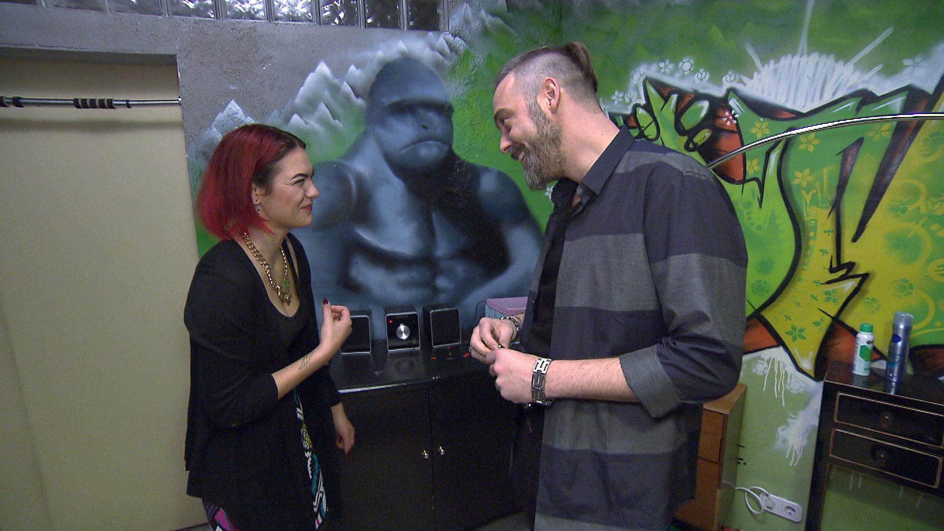 Als Jessica (li.) zufällig Theo trifft, lässt sie sich auf eine Verabredung mit ihm ein und ist sofort wieder von ihm angetan. (Quelle: RTL 2)