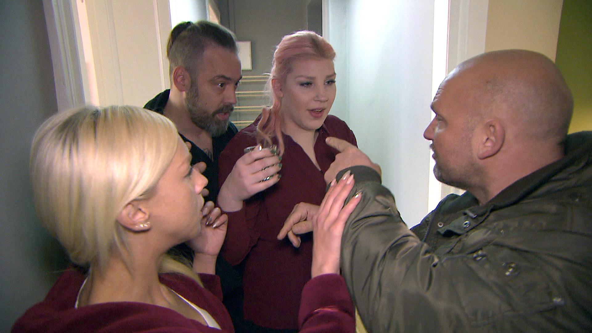 Krätze (li.) und Schmidti passiert in Bülents (re.) Späti ein Missgeschick, als sie versehentlich Onkel Gürkans heilige türkische Platte als Putzlappen missbrauchen... (Quelle: RTL 2)