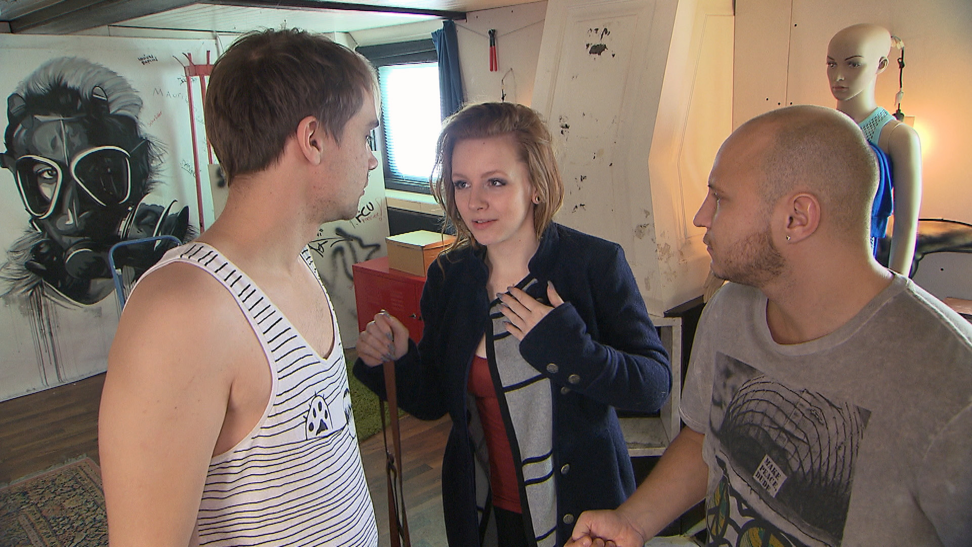 Emmi ermahnt Krätze (re.) und Schmidti (li.), sich einen neuen Job zu suchen... (Quelle: RTL 2)