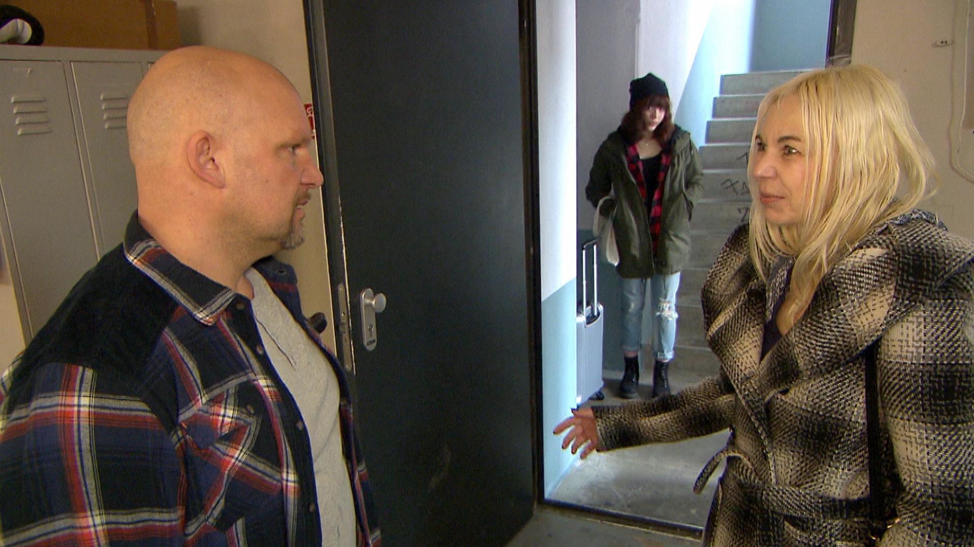 Joe fällt aus allen Wolken, als nach 20 Jahren seine Schwester vor der Tür steht. Ulrikes Auftauchen wühlt ihn dermaßen auf, dass er sie rausschmeißt und überfordert flüchtet. (Quelle: RTL 2)