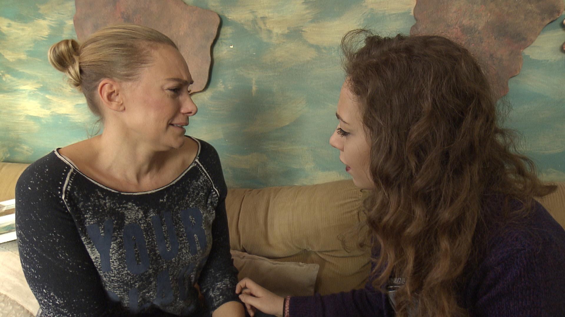 Inka droht daran zu zerbrechen, dass Nils nicht Ellis Vater ist, und weiß nicht, wie sie mit ihrer Tochter umgehen soll. Schließlich vertraut sich Inka in ihrer Verzweiflung Sam an. (Quelle: RTL 2)