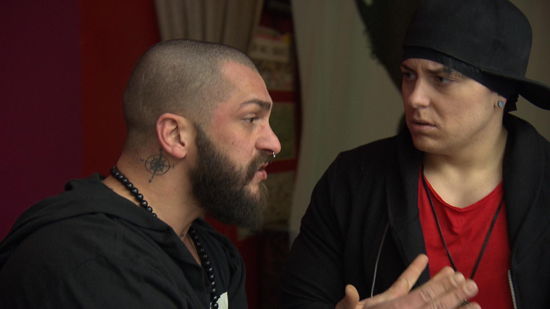 Kevin ist schockiert, als sich herausstellt, dass in der Bar 20.000 Euro fehlen. Bruno ruft die Polizei, die wenig später klarstellt, dass es keine Einbruchsspuren gibt und Kevin befragt, der als Letzter in der Bar war. (Quelle: RTL 2)