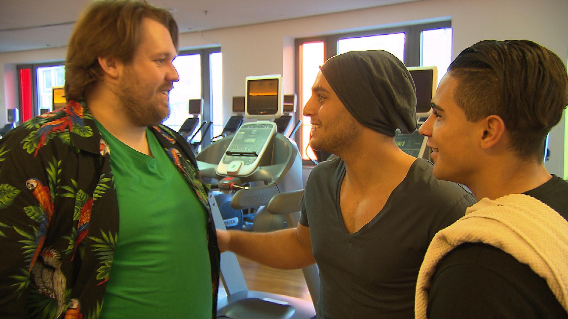 Nachdem Jan sich dank Chico mit Joleen versöhnt hat, taucht er morgens in der WG auf und schwärmt von einem weiblichen Fahrgast, den er gerade im Fitnessstudio abgeliefert hat. (Quelle: RTL 2)