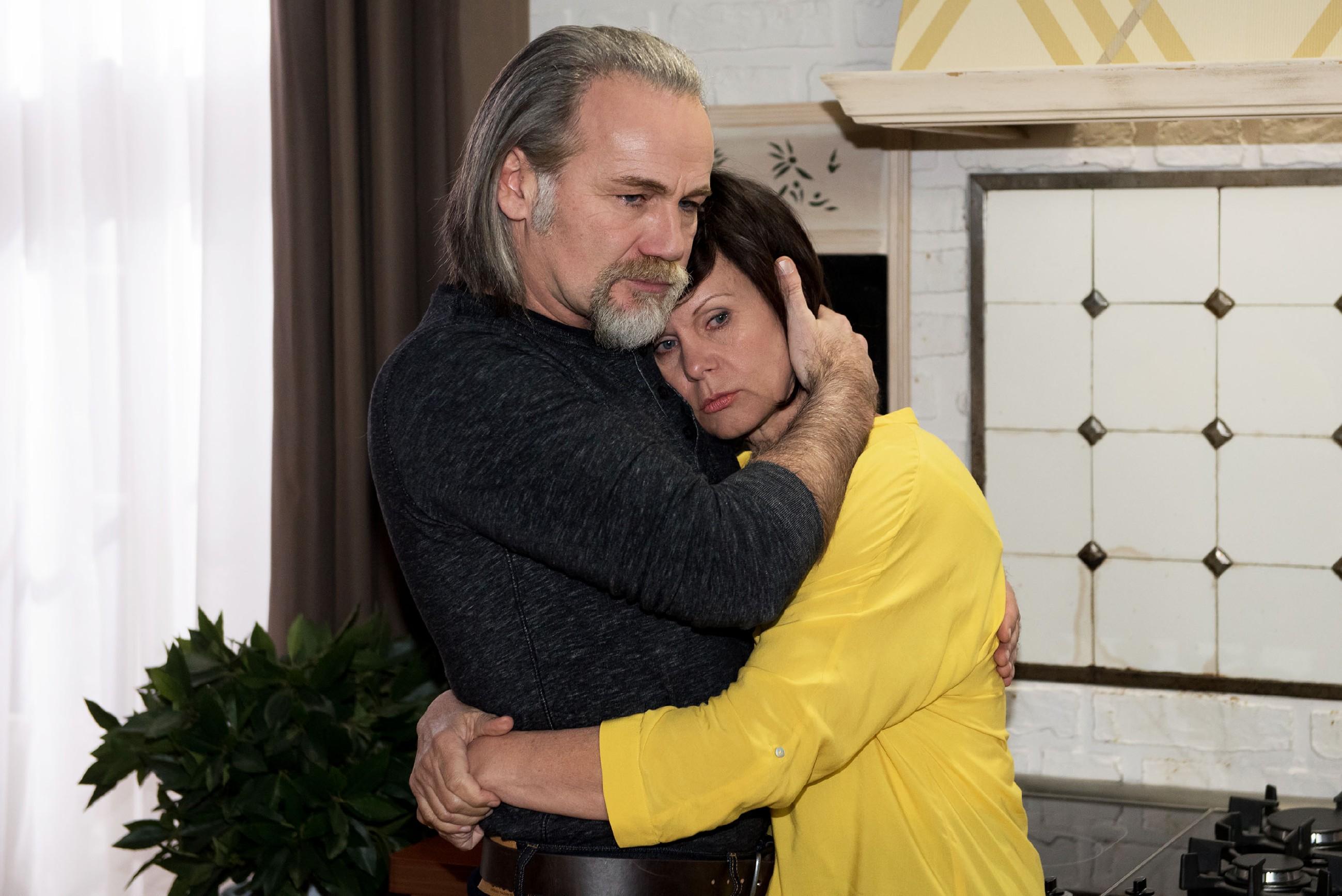 Robert (Luca Maric) sorgt sich um Irene (Petra Blossey), die sich nach dem Einbruch in ihren eigenen vier Wänden nicht mehr sicher fühlt. (Quelle: RTL / Stefan Behrens)
