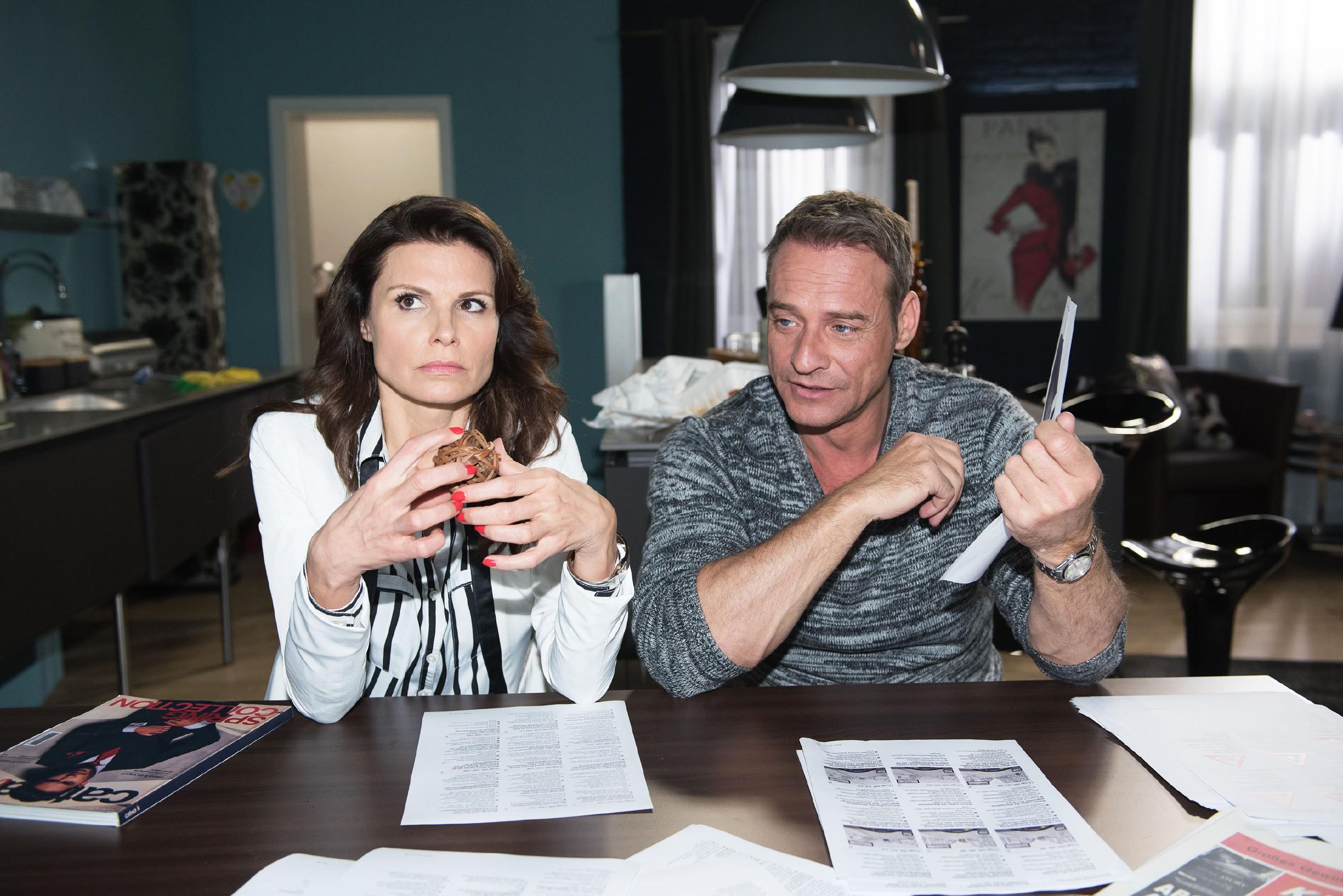 Rufus (Kai Noll) erkennt, dass es nicht leicht wird, Britta (Tabea Heynig) mit der StVO vertraut zu machen, um sie auf die Fahrschule vorzubereiten. (Quelle: RTL / Stefan Behrens)