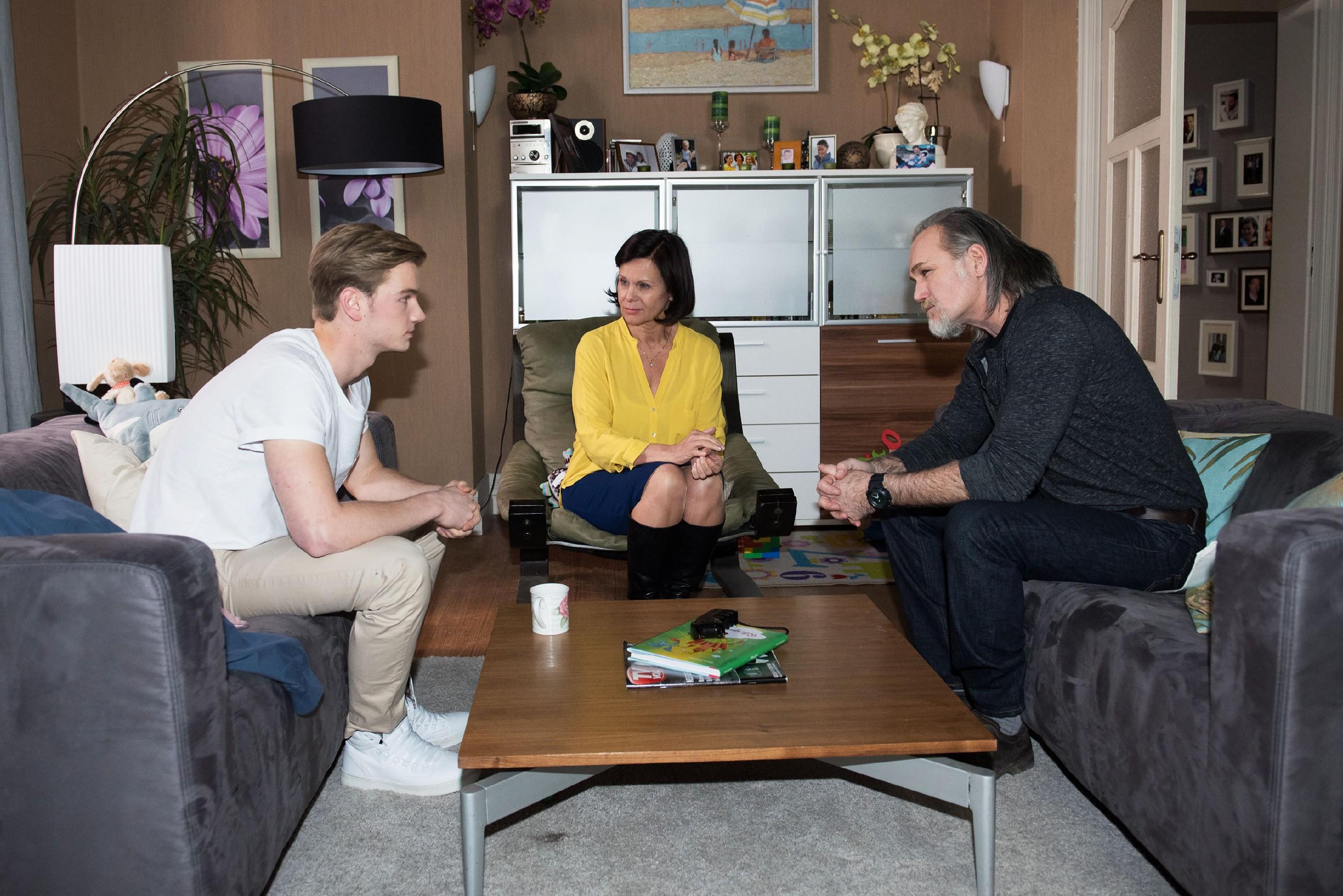 Als Valentin (Aaron Koszuta, l.) ausweichend auf ihre Fragen antwortet, ahnen Robert (Luca Maric) und Irene (Petra Blossey), dass er ihnen etwas verheimlicht. (Quelle: RTL / Stefan Behrens)