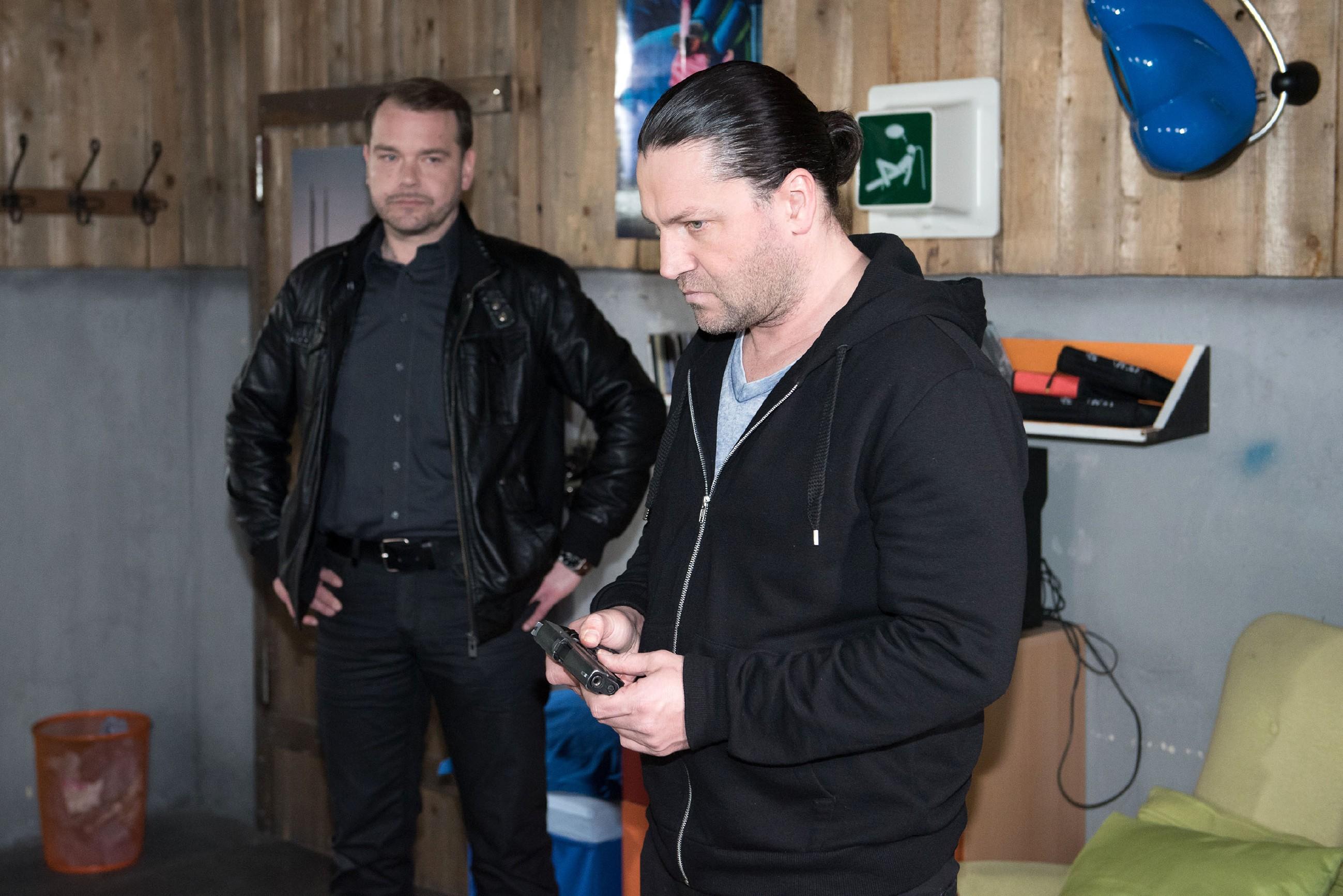 Rolf (Stefan Franz, r.) blickt dem anstehenden Überfall auf den Juwelier angespannt entgegen. (l. Komparse) (Quelle: RTL / Stefan Behrens)