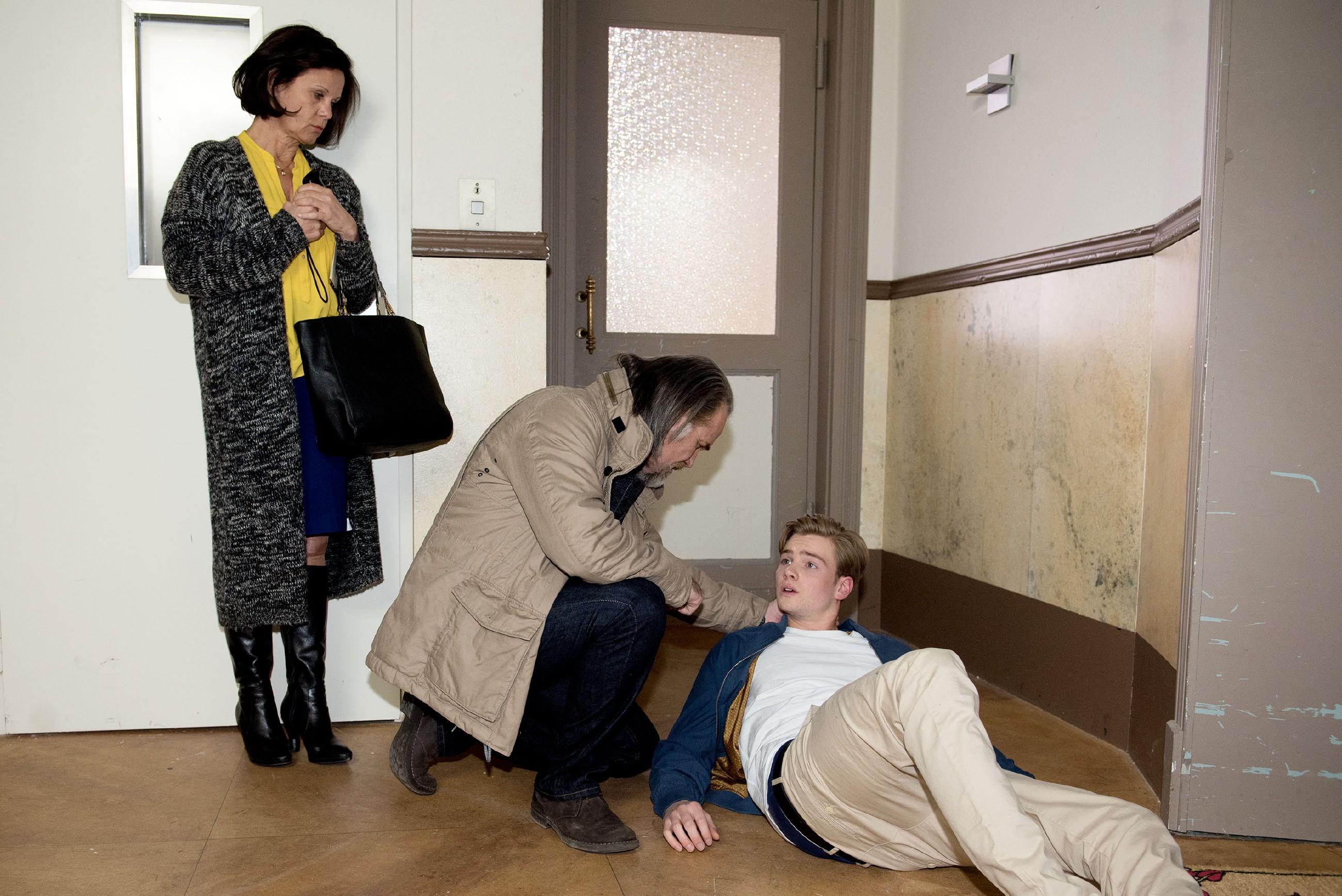 Als Irene (Petra Blossey) glaubt, dass der Einbrecher zurückgekommen ist und sich an ihrer Wohnungstür zu schaffen macht, setzt sie prompt ihren neuen Elektroschocker bei Roberts Enkel Valentin (Aaron Koszuta) ein... (Quelle: RTL / Stefan Behrens)