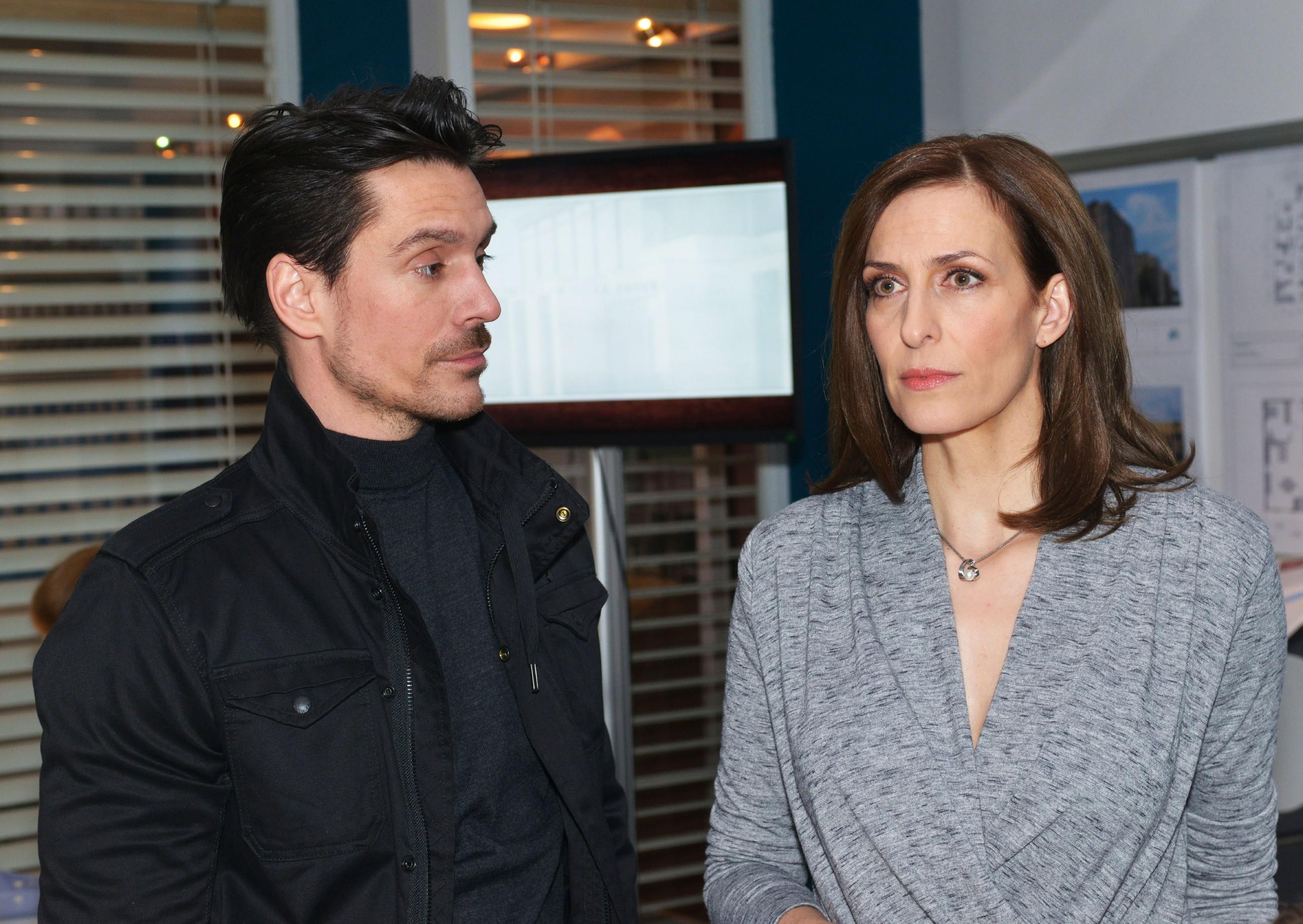 Katrin (Ulrike Frank) versucht ihre aufkommende Angst zu verbergen, als sie von David (Philipp Christopher) von dem Riss im Fundament erfährt, in dem Frederics Leiche versteckt liegt. (Quelle: RTL / Rolf Baumgartner)
