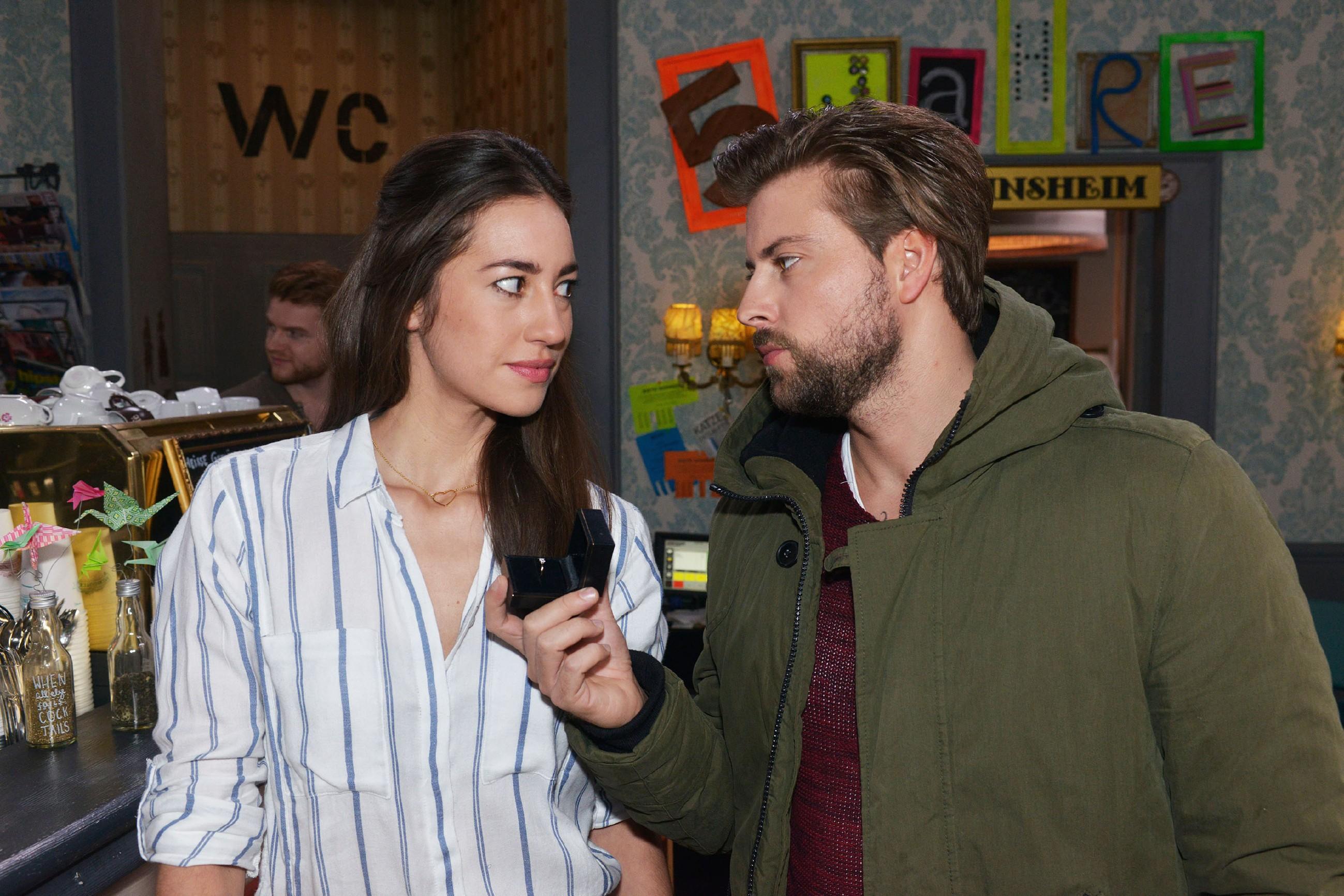 Um Elena (Elena Garcia Gerlach) zu zeigen, wie viel sie ihm bedeutet, macht John (Felix von Jascheroff) ihr kopflos einen Heiratsantrag. Wie wird Elena darauf reagieren? (Quelle: RTL / Rolf Baumgartner)