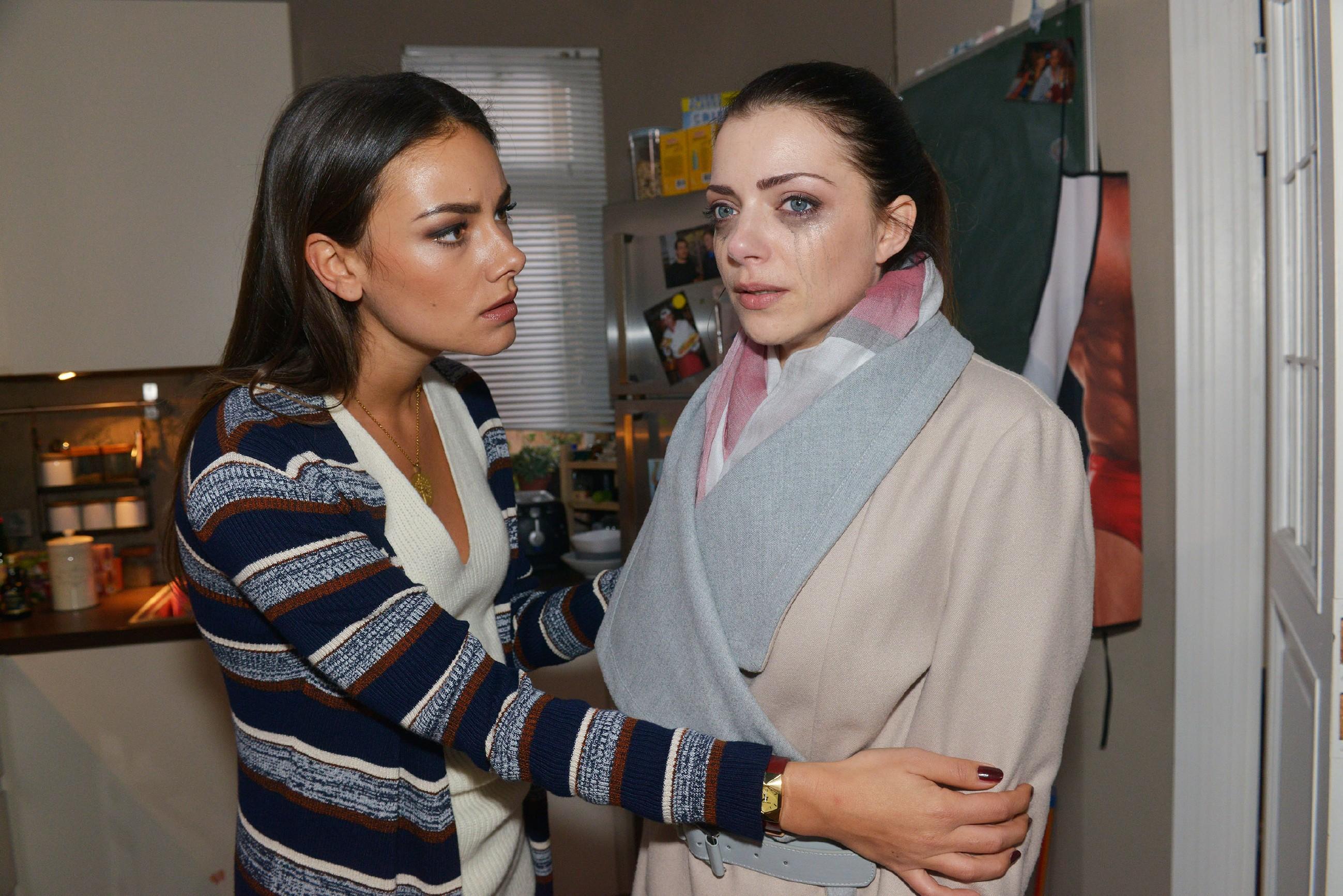 Jasmin (Janina Uhse, l.) bricht es das Herz, als die wegen Tayfun völlig aufgelöste Emily (Anne Menden) bei ihr Trost sucht. (Quelle: RTL / Rolf Baumgartner)